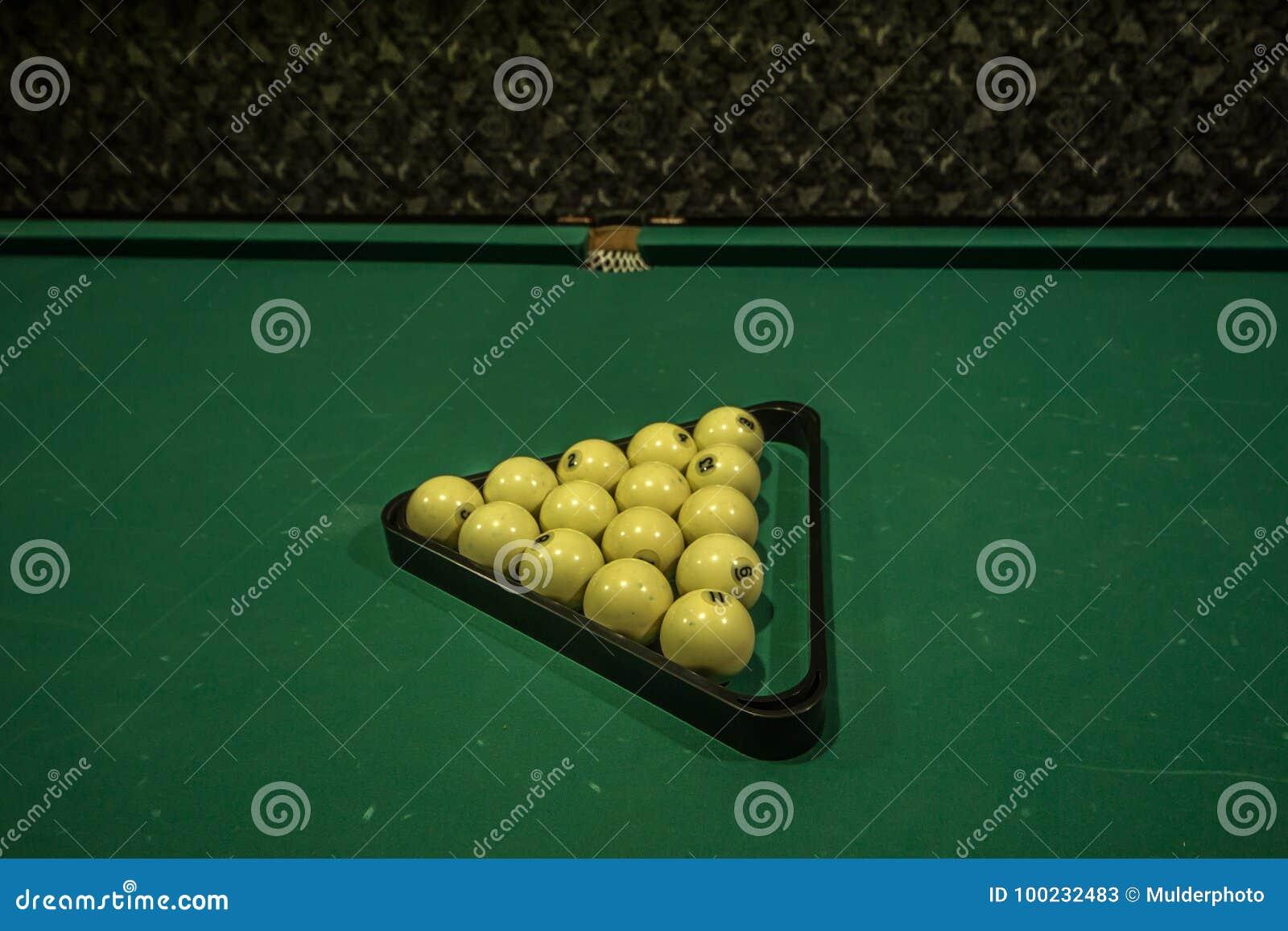 De biljartballen een richtsnoer op biljart dienen in