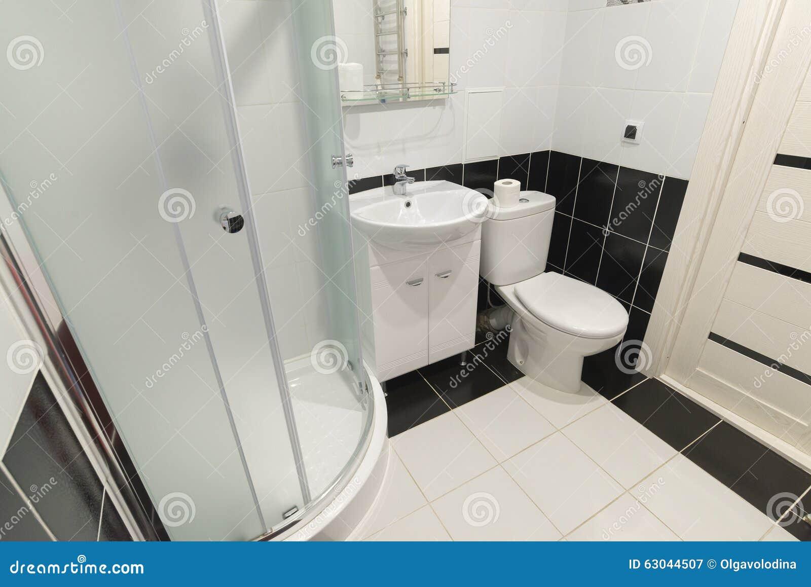 De binnenlandse douches met toiletten zijn in zwart wit stock