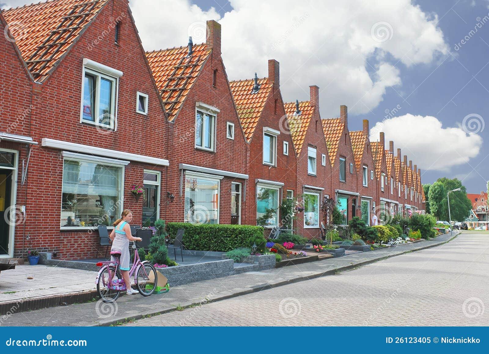 In de binnenplaats van een typisch nederlands huis redactionele afbeelding afbeelding 26123405 - Foto van eigentijds huis ...