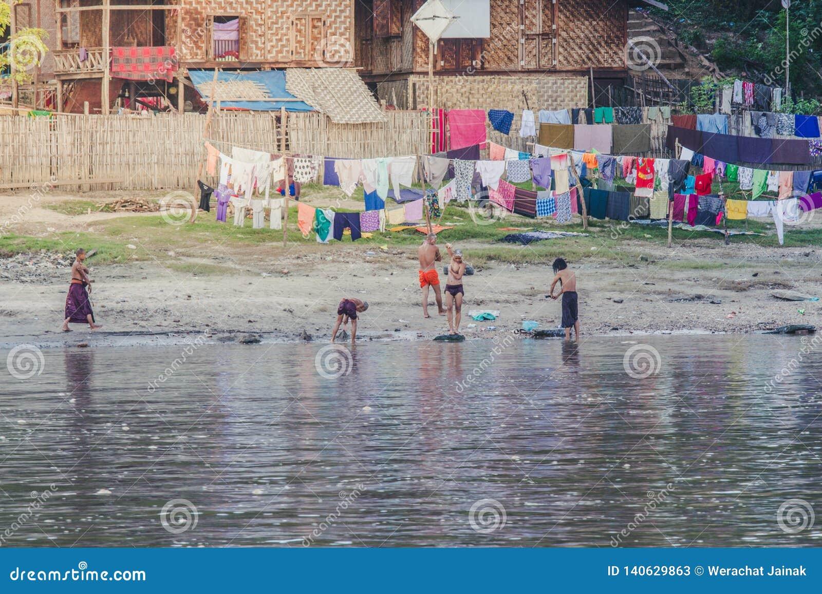De Birmaanse monniken baden in de rivieroever