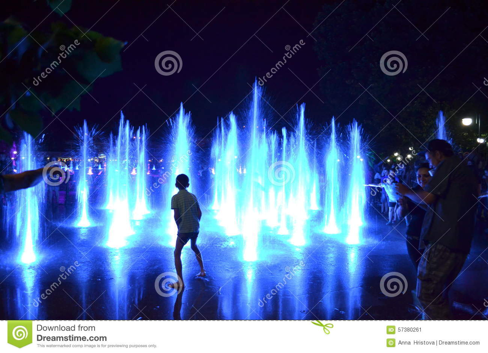 De blauwe fontein spuit mensen
