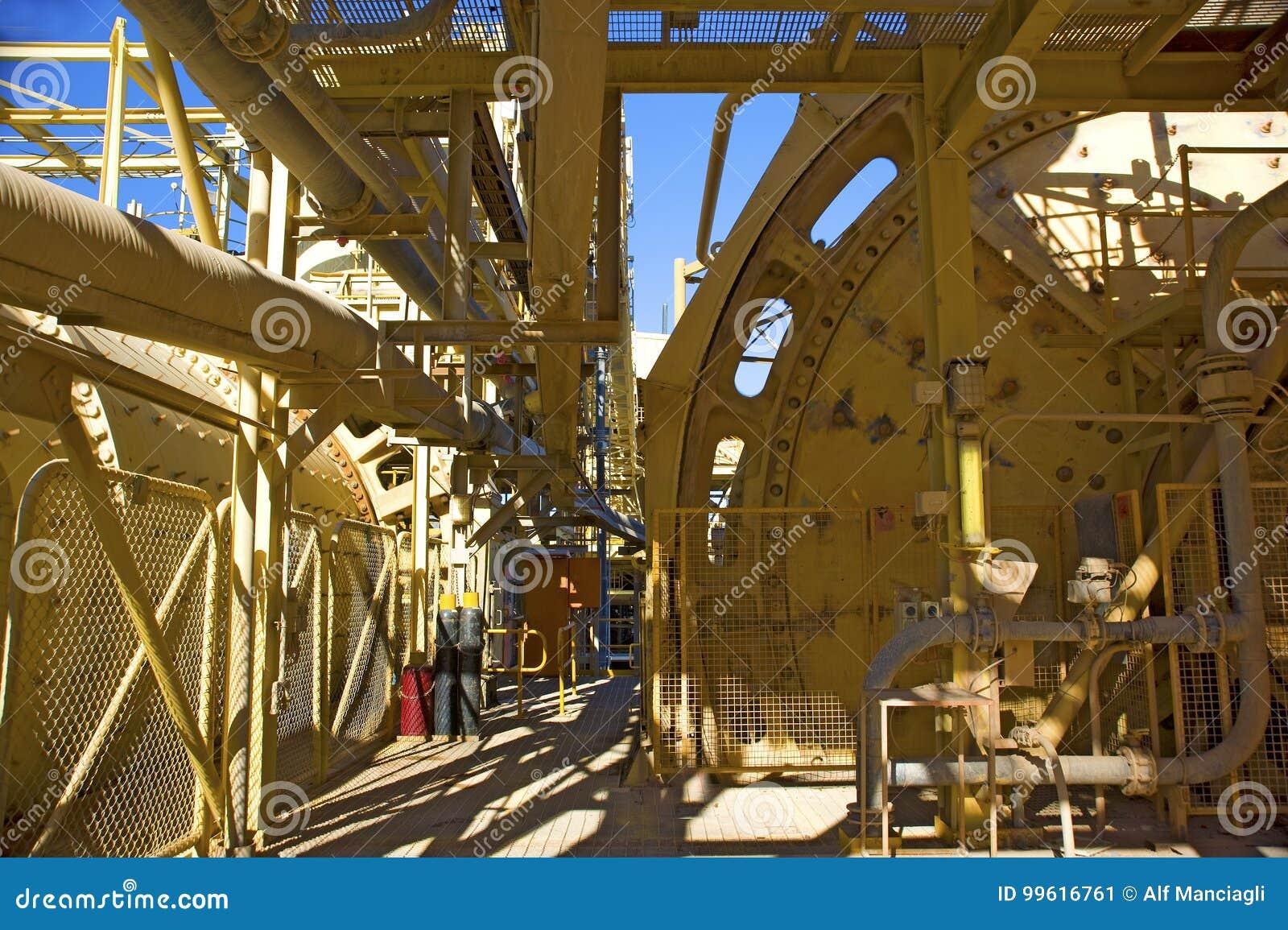 De blauwe hemel van de mijnbouwinfrastructuur