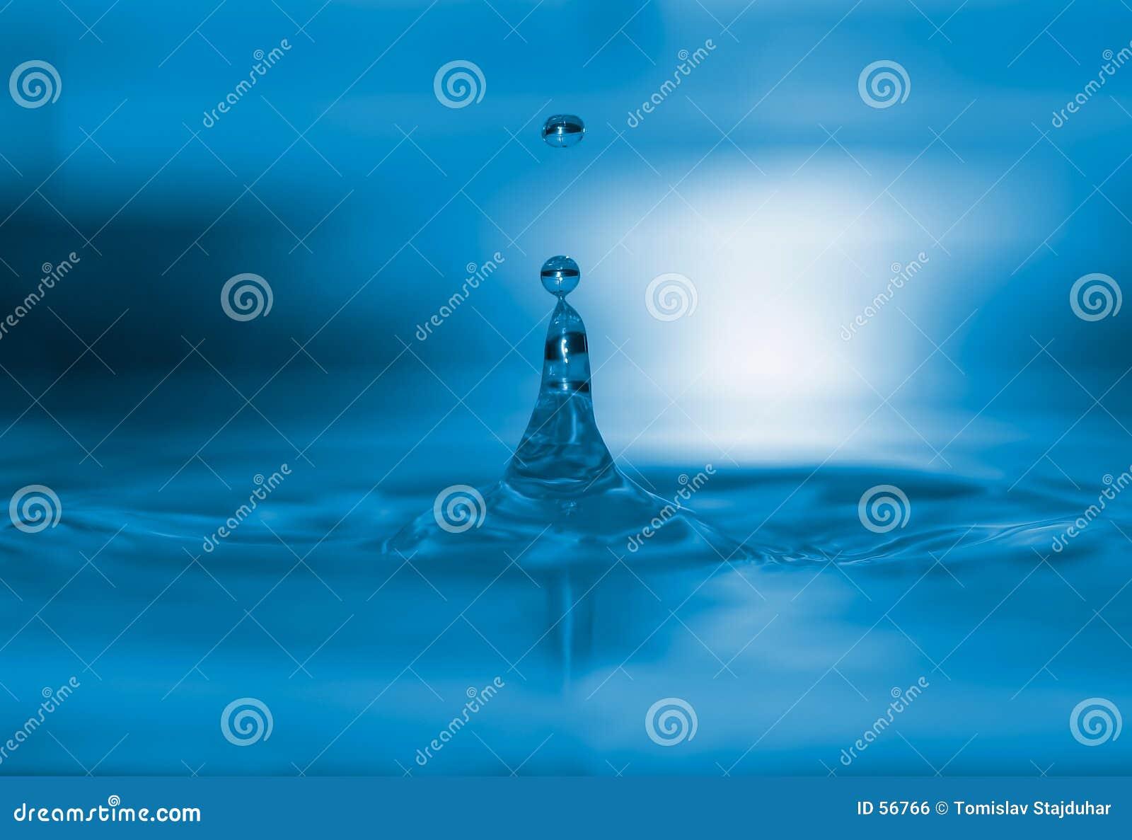 De blauwe macro van waterdalingen