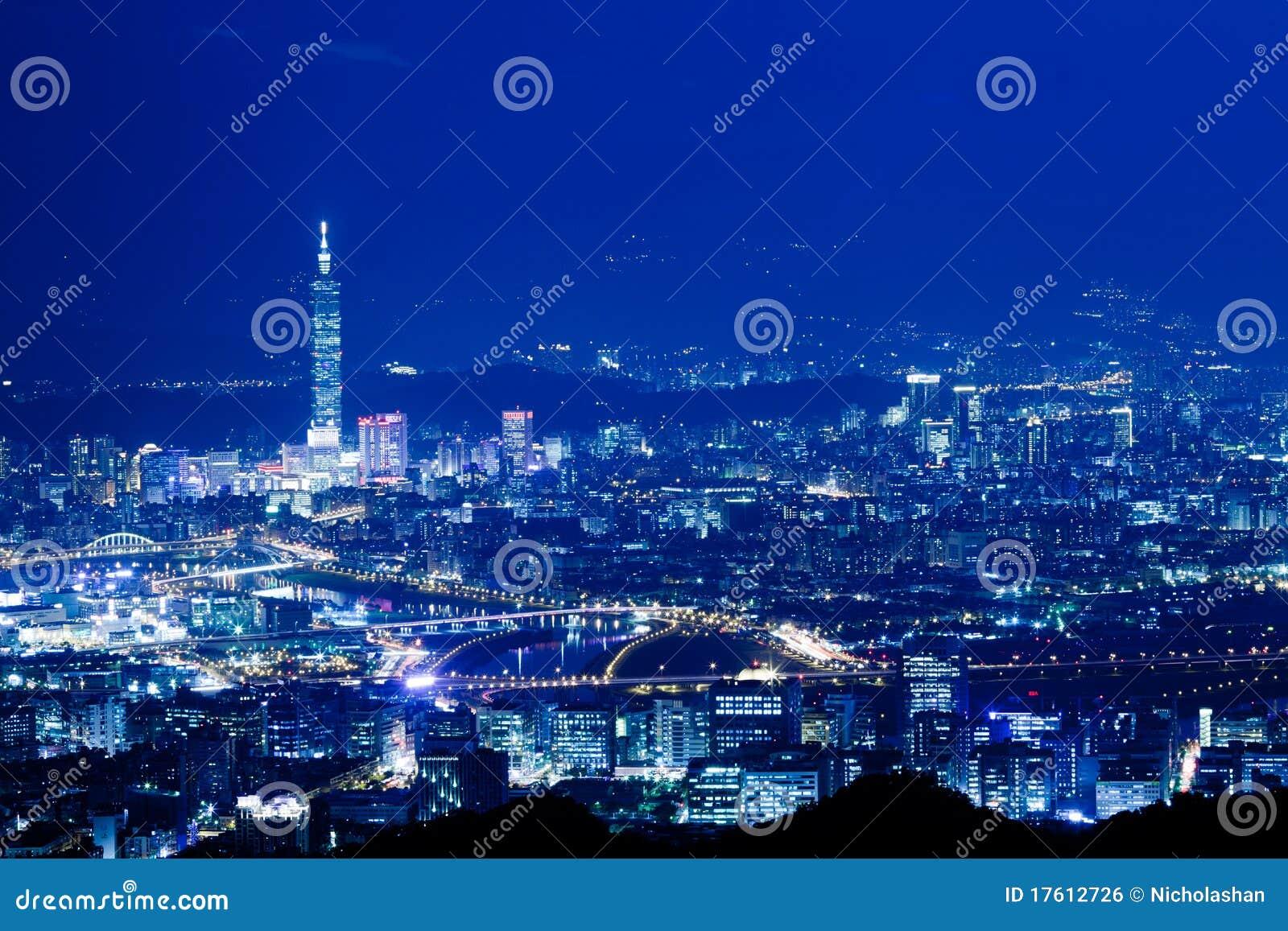 De blauwe scènes van de stijlNacht van de stad van Taipeh, Taiwan