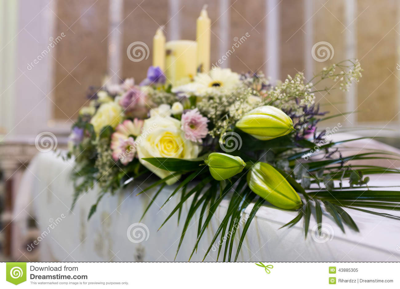De bloemen van het huwelijk in kerk sluit omhoog stock