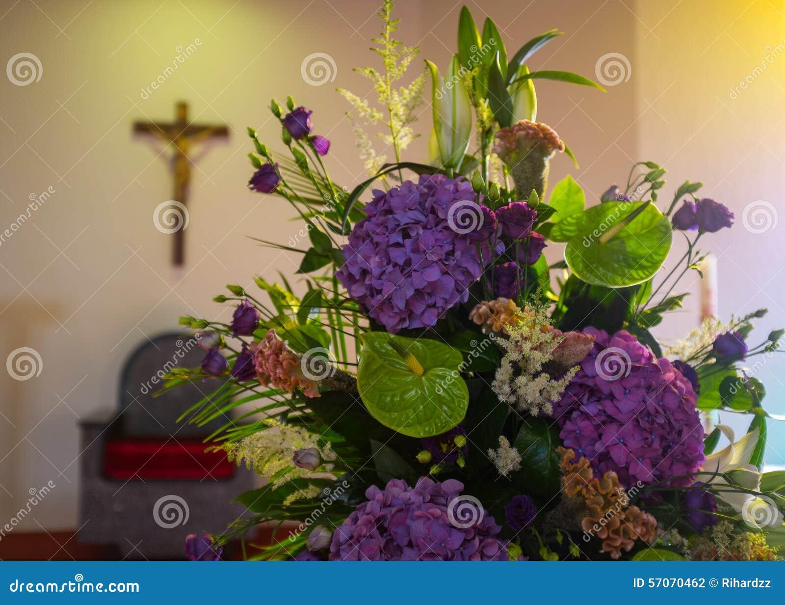 De bloemen van het huwelijk in kerk Sluit omhoog