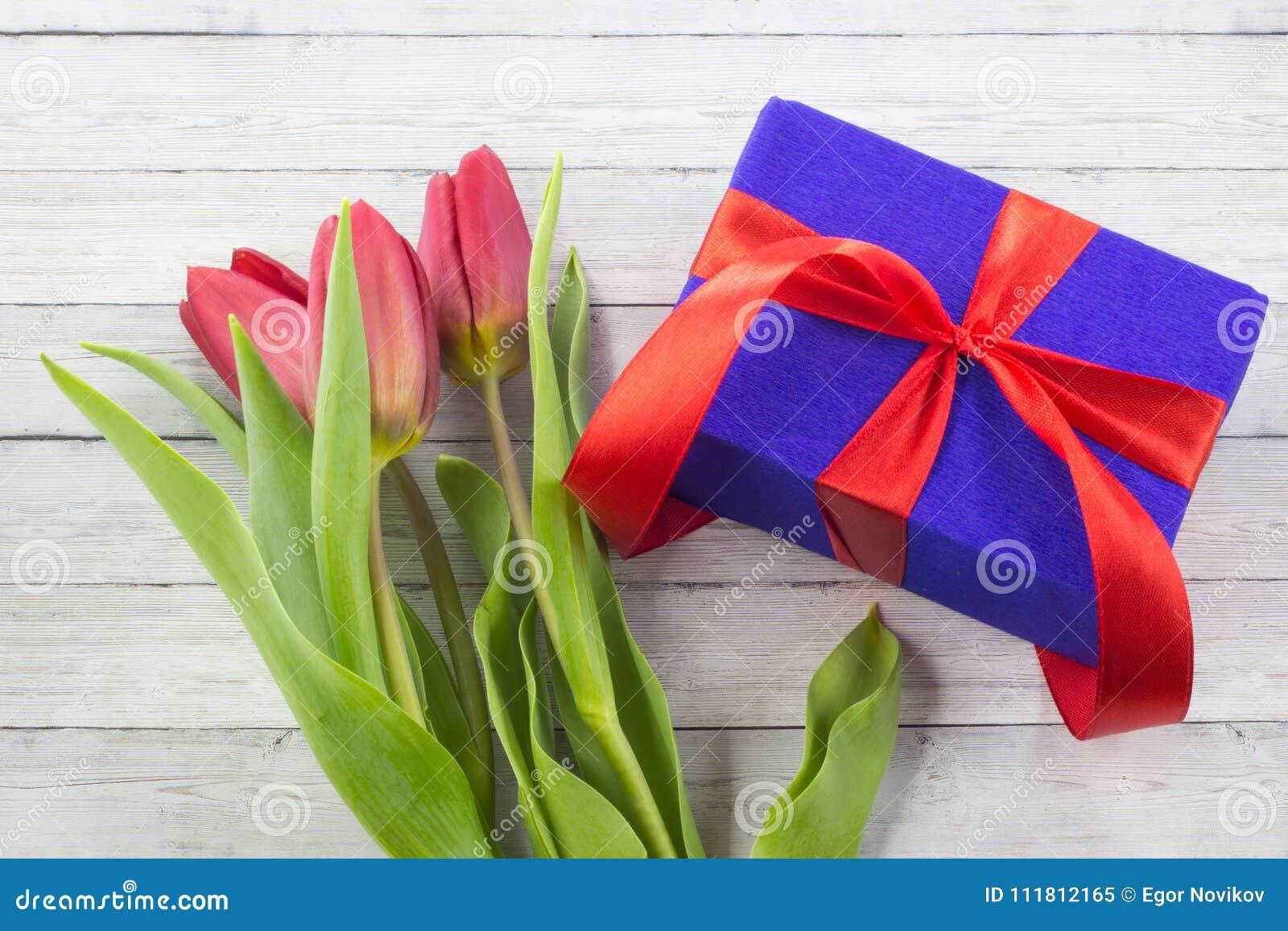 De bloemen van de de lentetulp, giftvakje op houten lijst