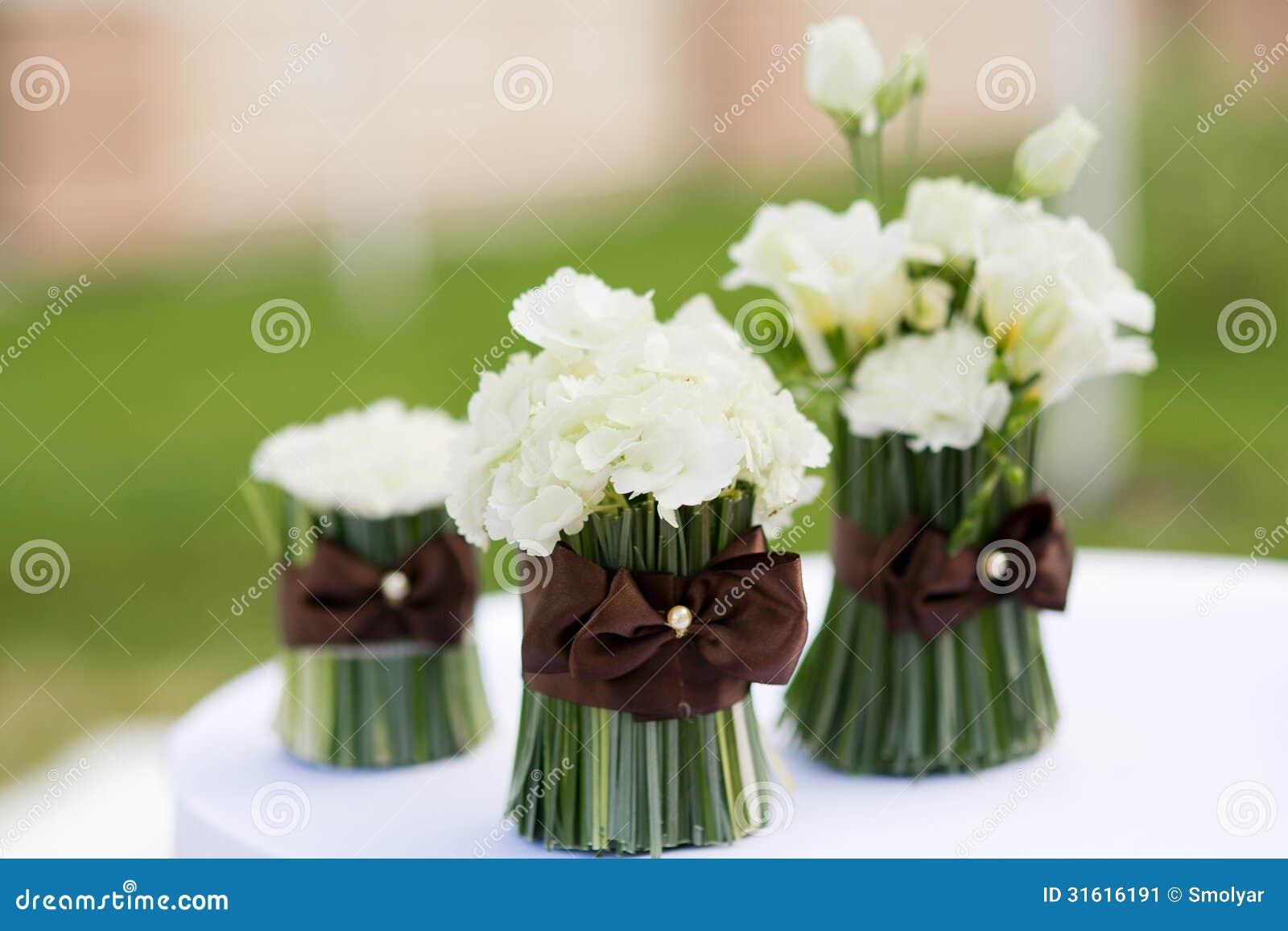 De bloemendecor van de huwelijksceremonie