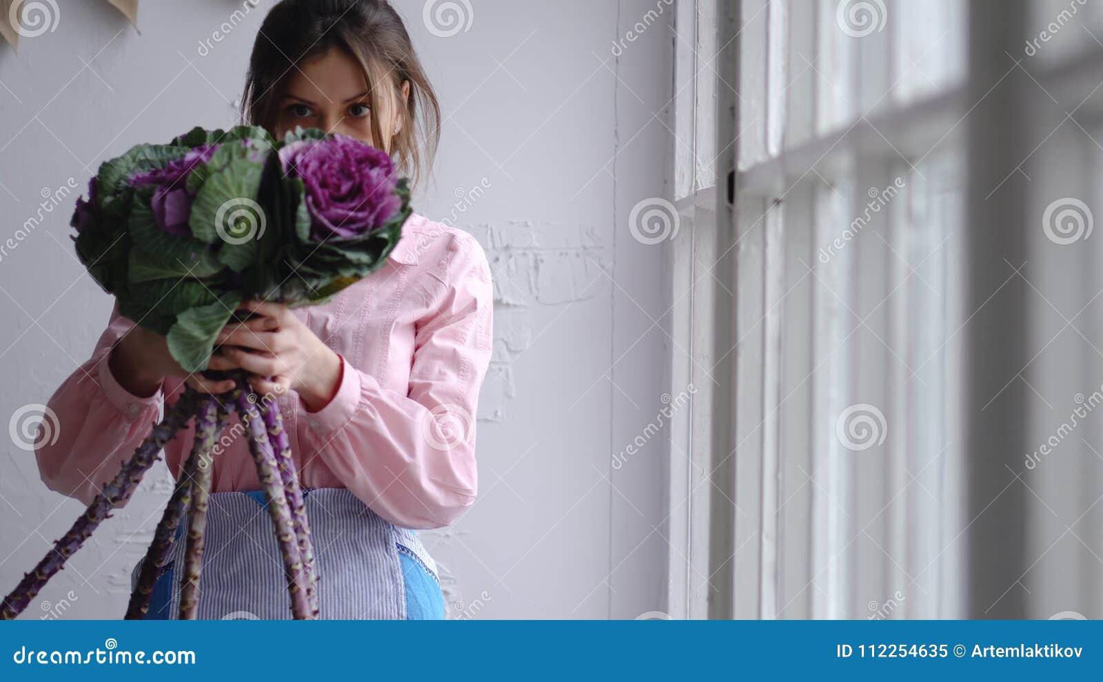 De bloemist selecteert bloemen om een huwelijksboeket te creëren
