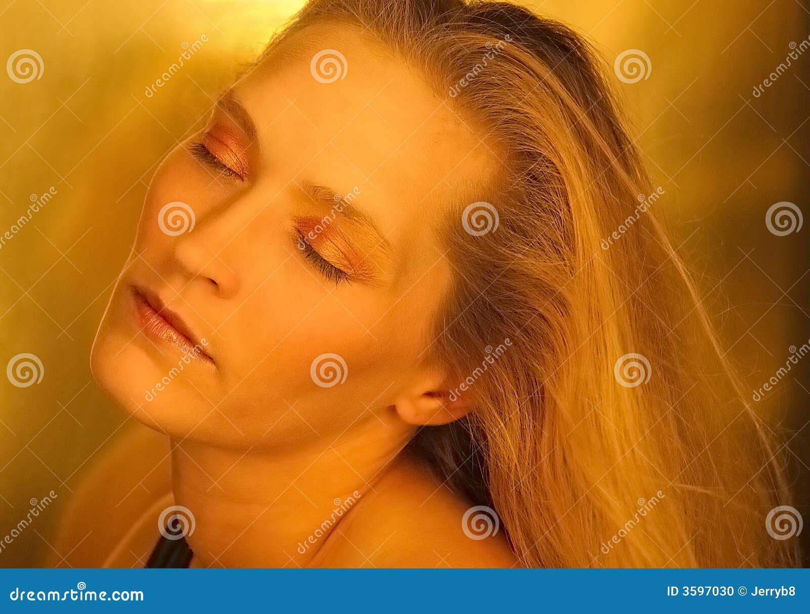 De blonde schoonheid van het dagdromen