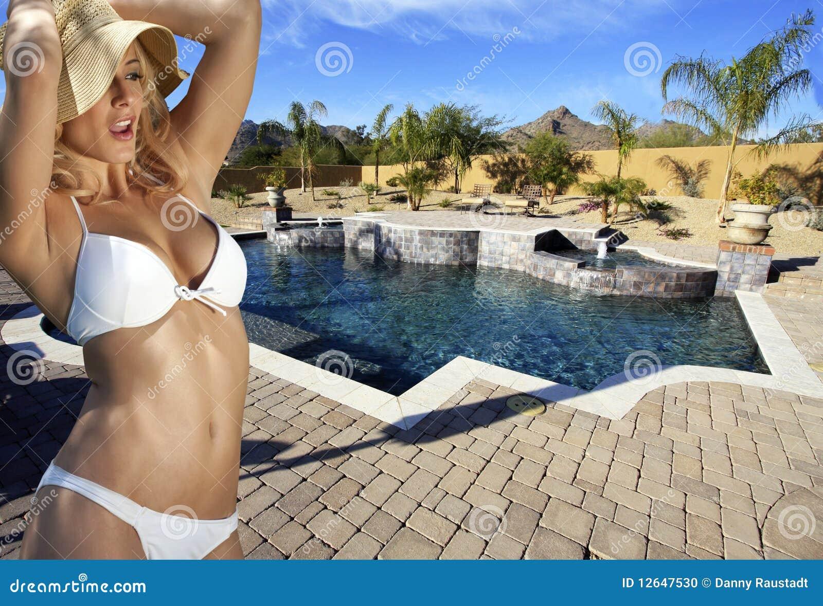 De Blonde Vrouwelijke Bikini van Poolside
