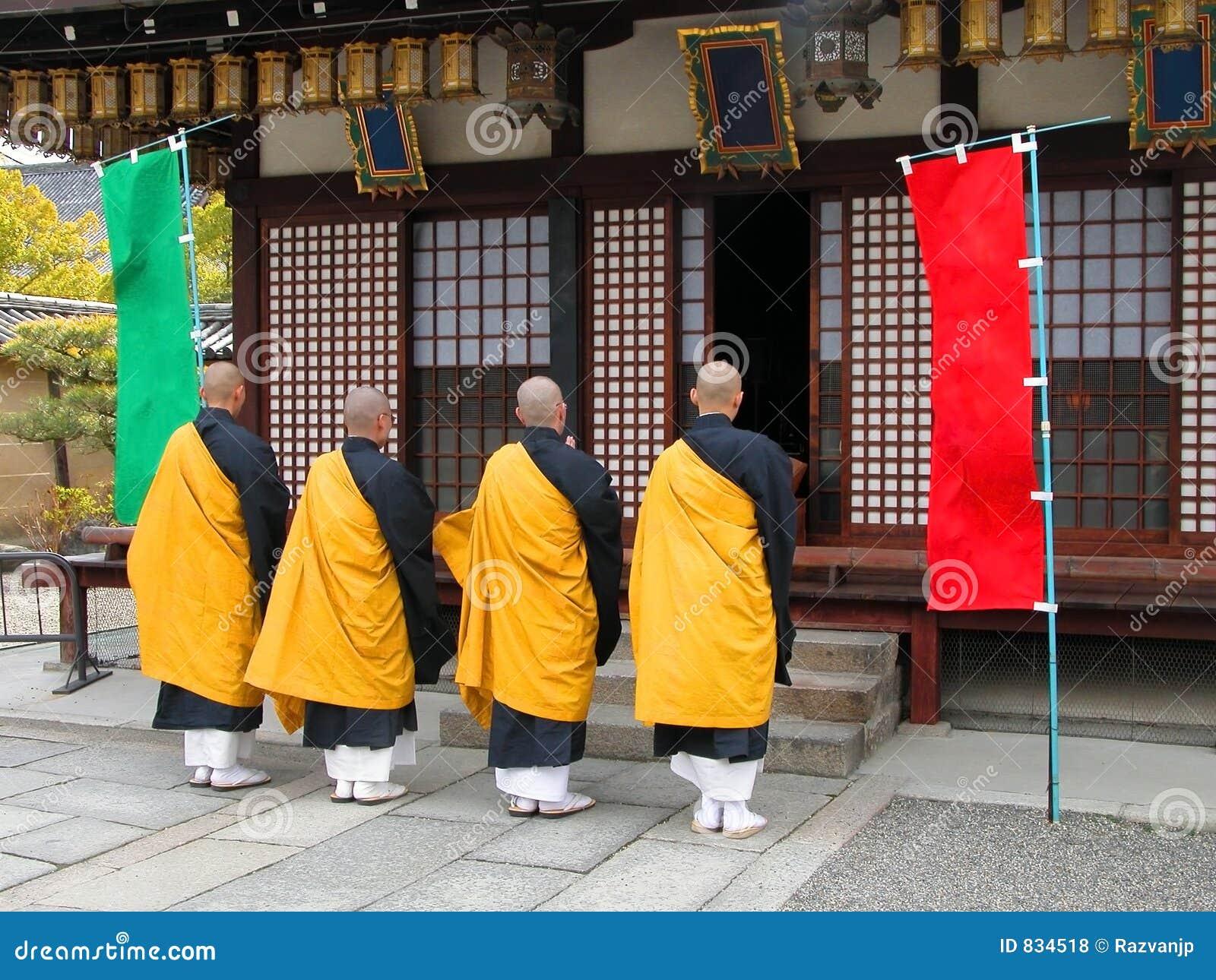 De boeddhistische monniken groeperen zich