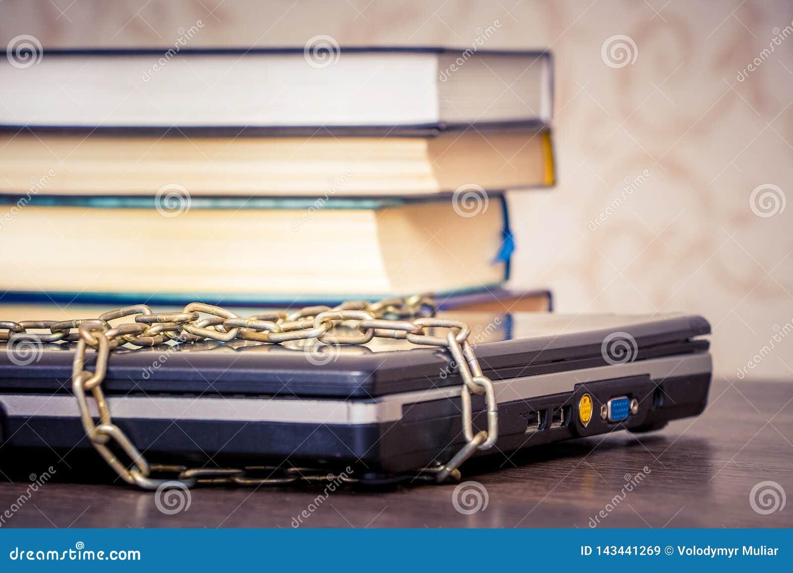De boeken liggen op laptop die door een ketting wordt verbonden Boeken in plaats van computers Liefde aan read_