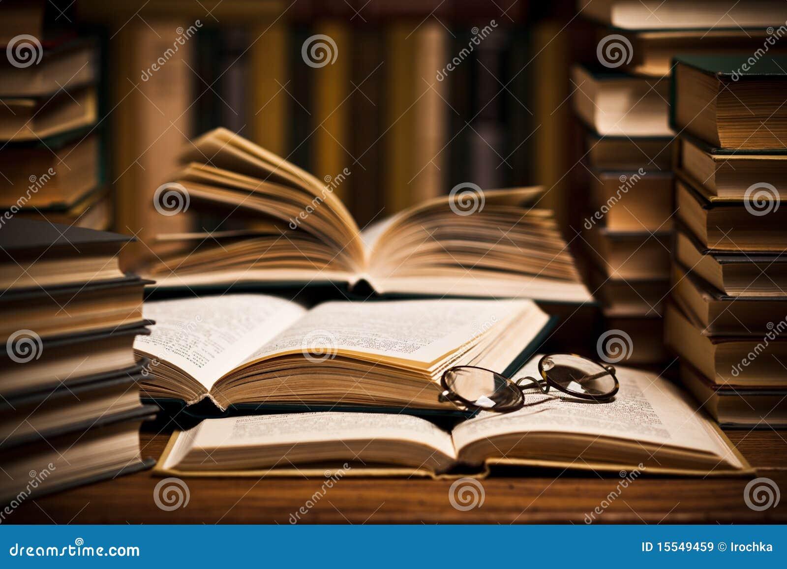 Download De boeken van de lezing stock afbeelding. Afbeelding bestaande uit bibliotheek - 15549459