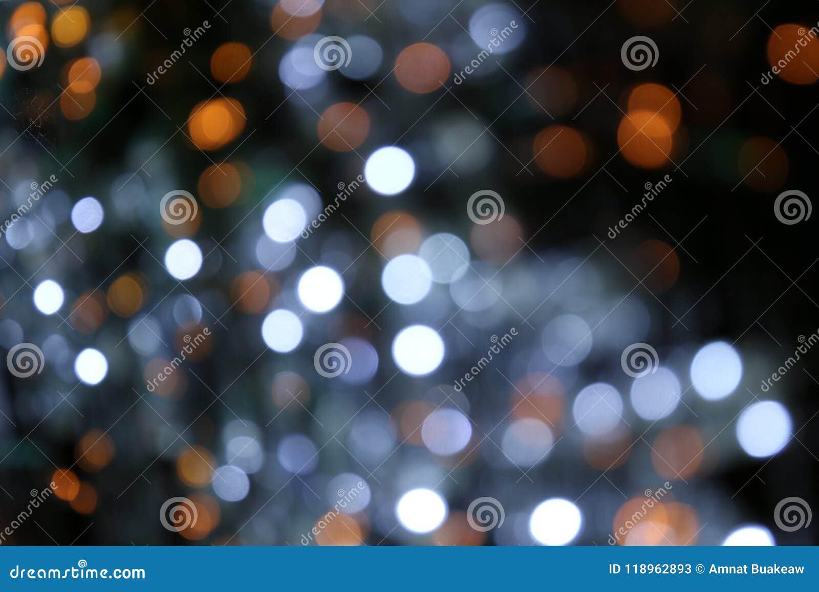 De Bokehachtergrond kleurrijk van vrolijke Kerstmis, Gelukkige nieuwe jaar bokeh verlichting glanst op nachtachtergrond, schitter