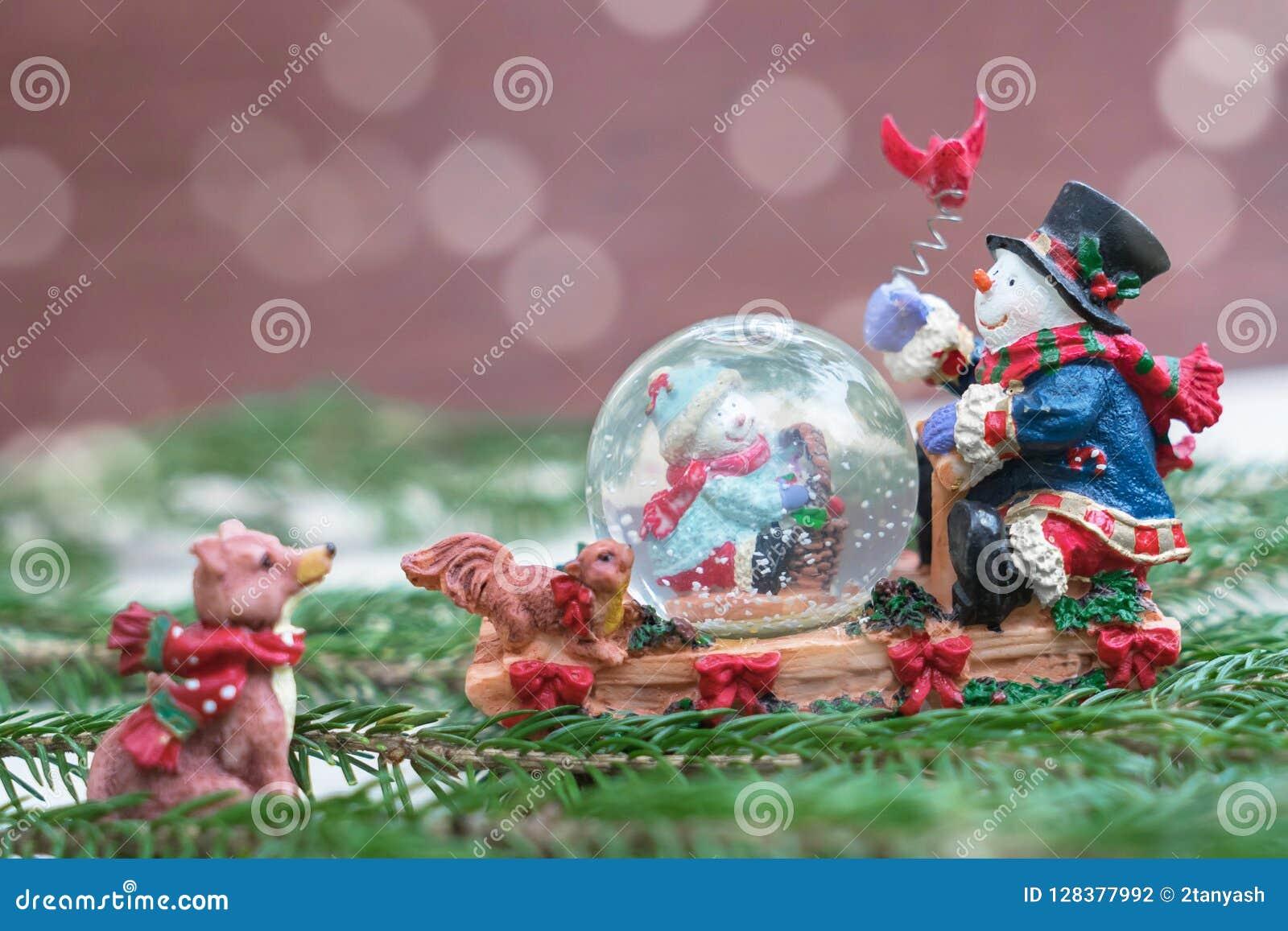 De bol van de Kerstmissneeuw met gelukkige sneeuwmannen