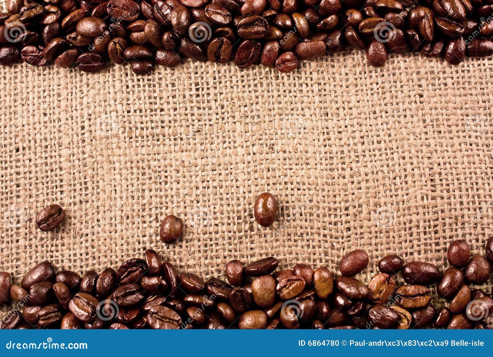 De bonen van de koffie op een juteachtergrond