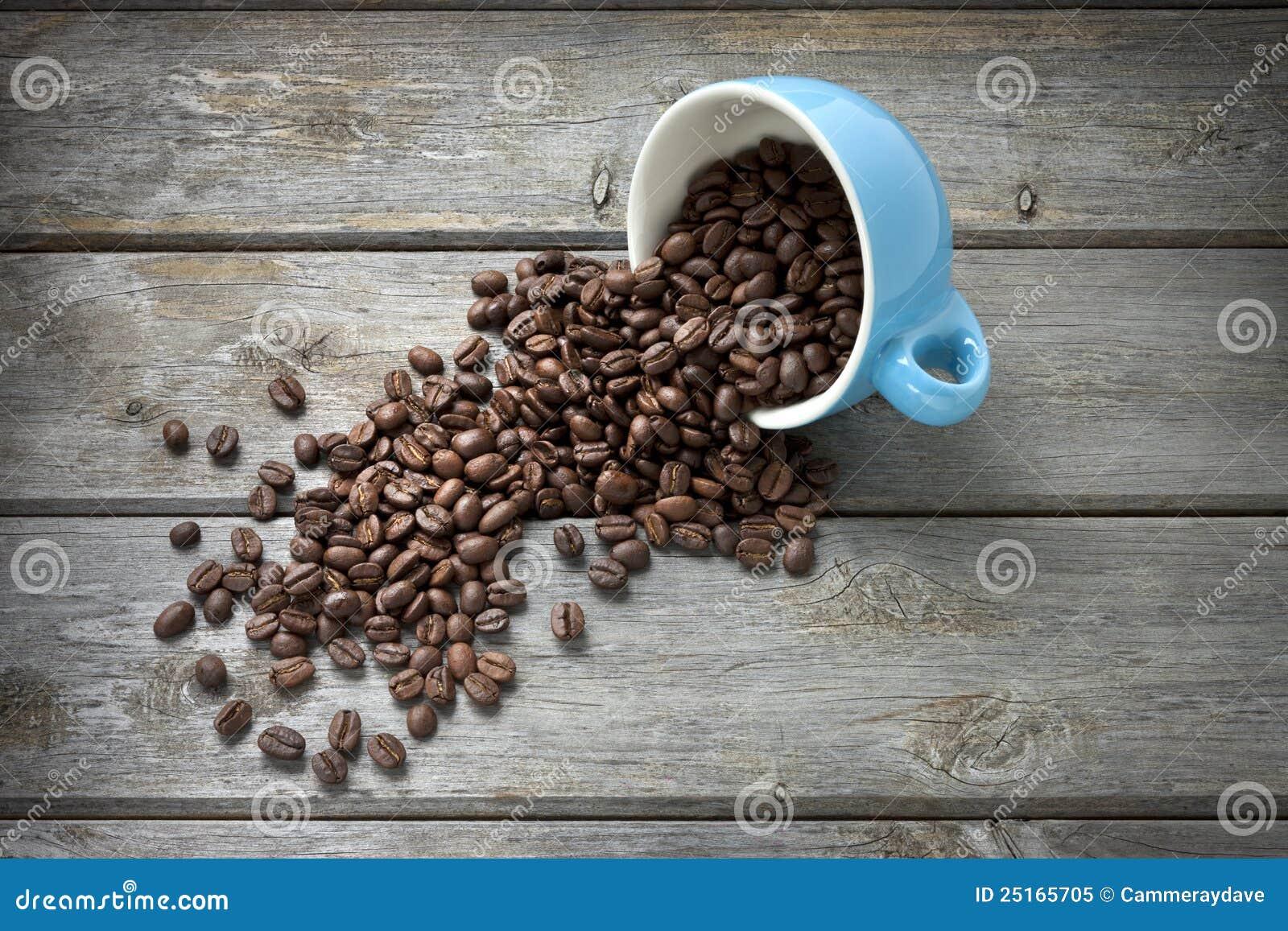 De Bonen van de koffie vormen Achtergrond tot een kom