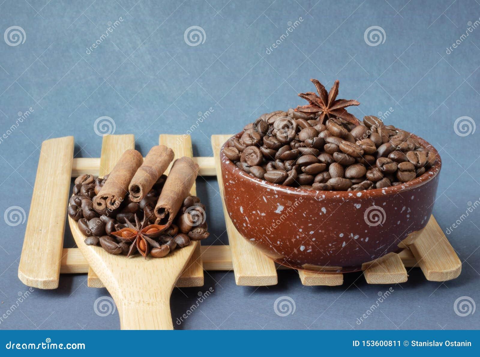 De bonen van de koffie met kruiden