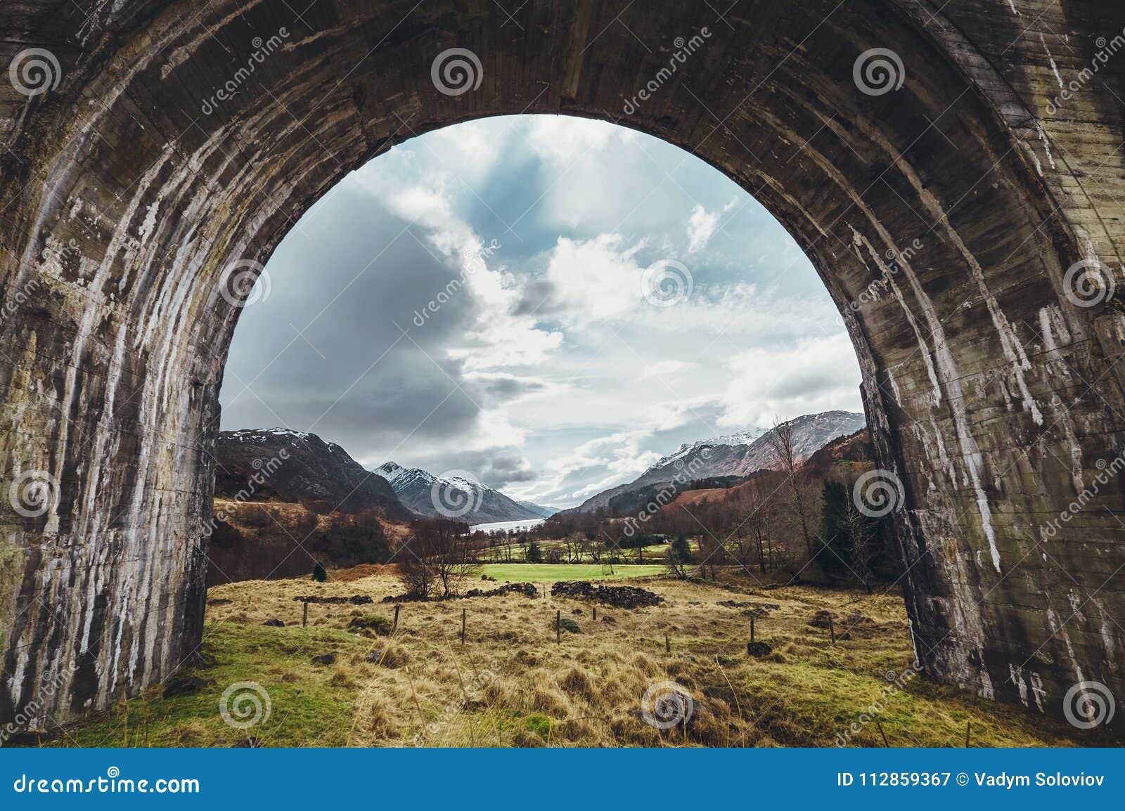 De boog van het Glenfinnanviaduct, Hooglanden, Schotland, het Verenigd Koninkrijk