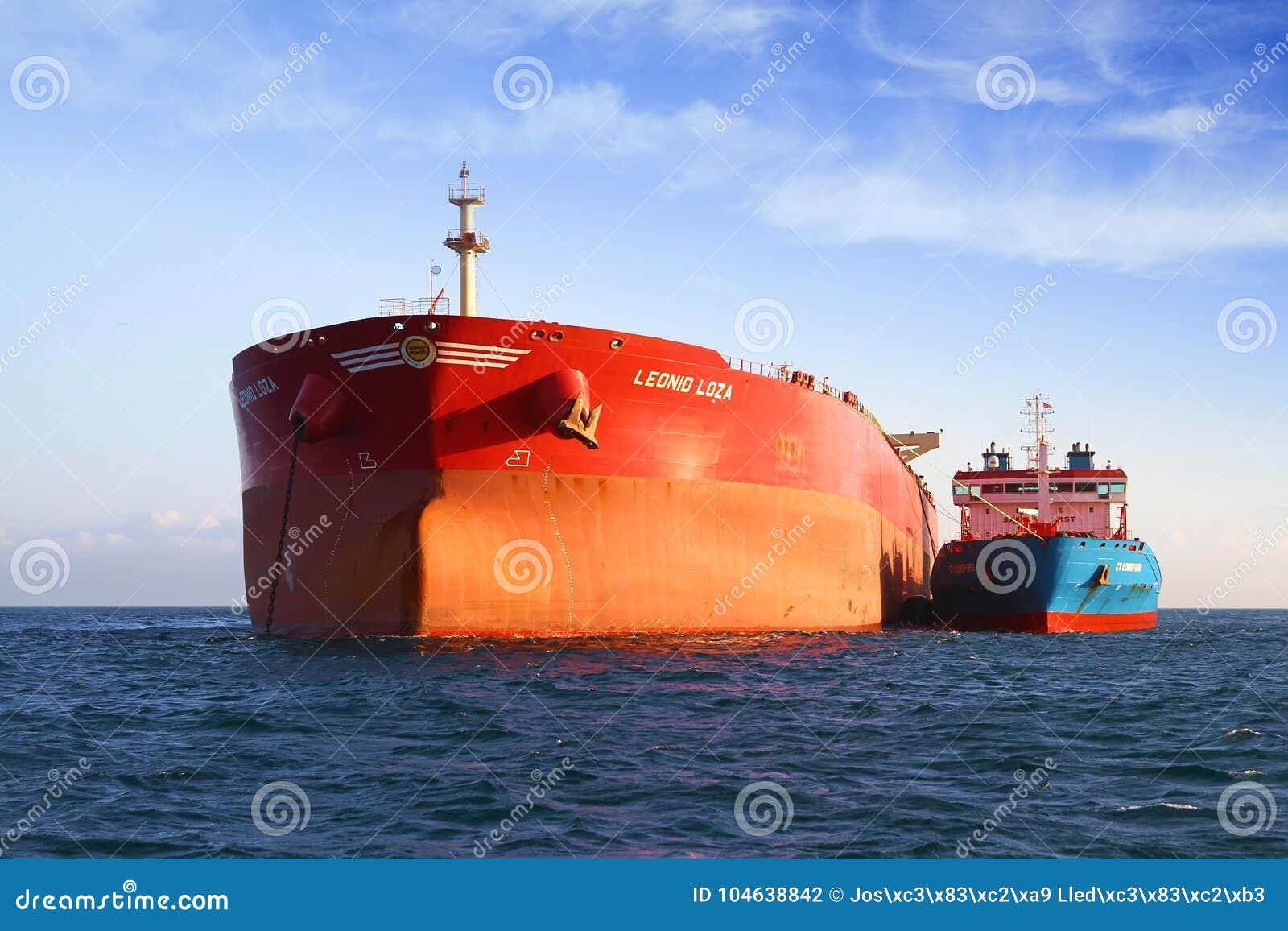 Download De Boogmening Van Bulk-carrierschip Leonid Loza Verankerde In Algeciras Baai In Spanje Redactionele Fotografie - Afbeelding bestaande uit boot, brandstof: 104638842