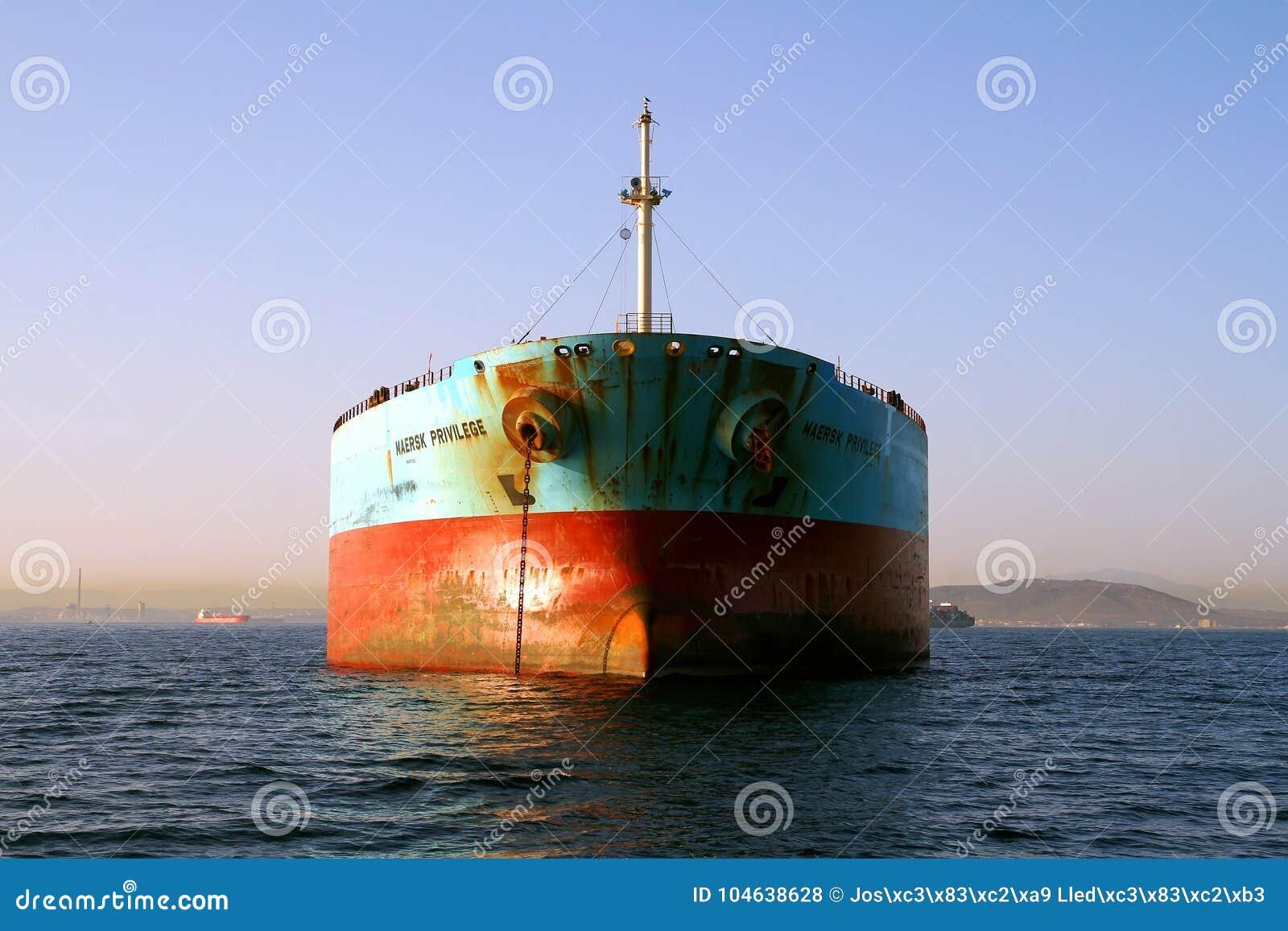 Download De Boogmening Van Het Voorrecht Van Maersk Van Het Bulk-carrierschip Verankerde In Algeciras Baai In Spanje Redactionele Stock Foto - Afbeelding bestaande uit massa, download: 104638628