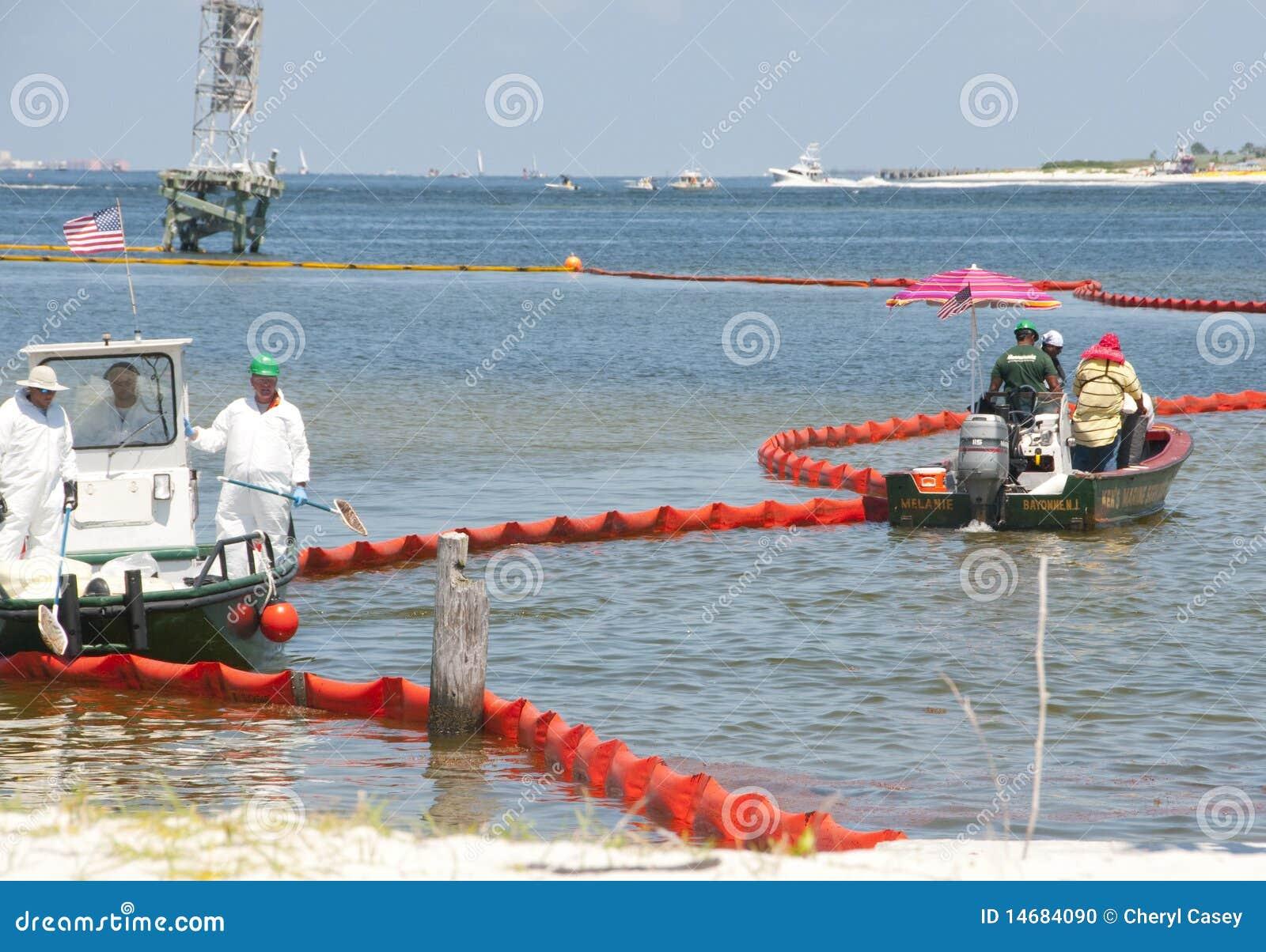 De boom van de olie om strand te beschermen
