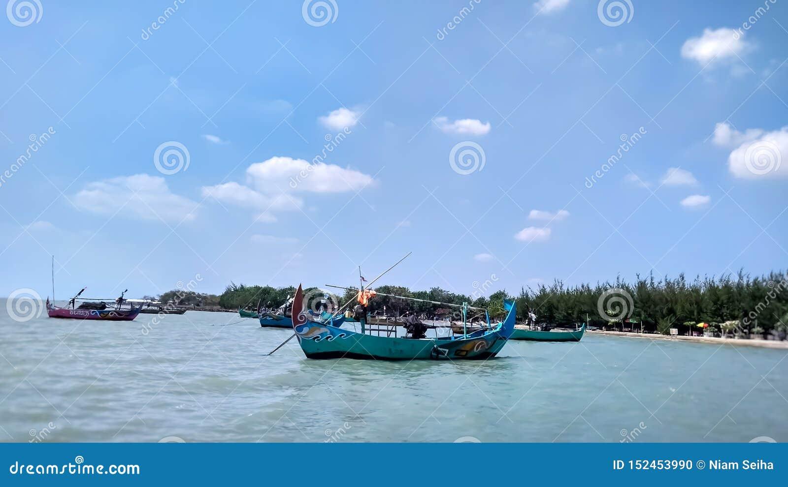 De boot die aan het strand wordt geplant Deze boot wordt gebruikt door lokale vissers om vissen rond het strand te vangen