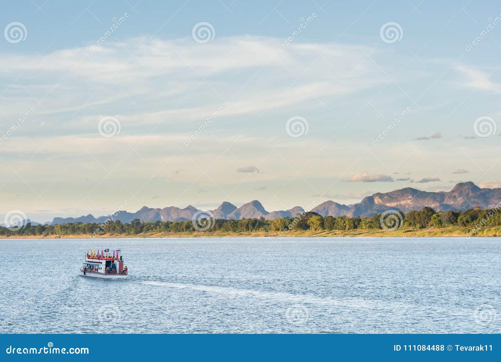 De boot in Mekong rivier Nakhonphanom Thailand aan Laos