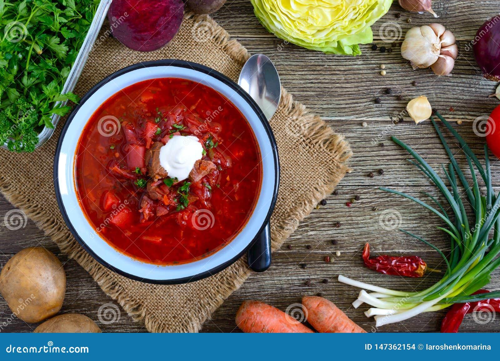 De borsjt is een traditionele Oekra?ense schotel in een kom op de lijst Smakelijke en gezonde lunch