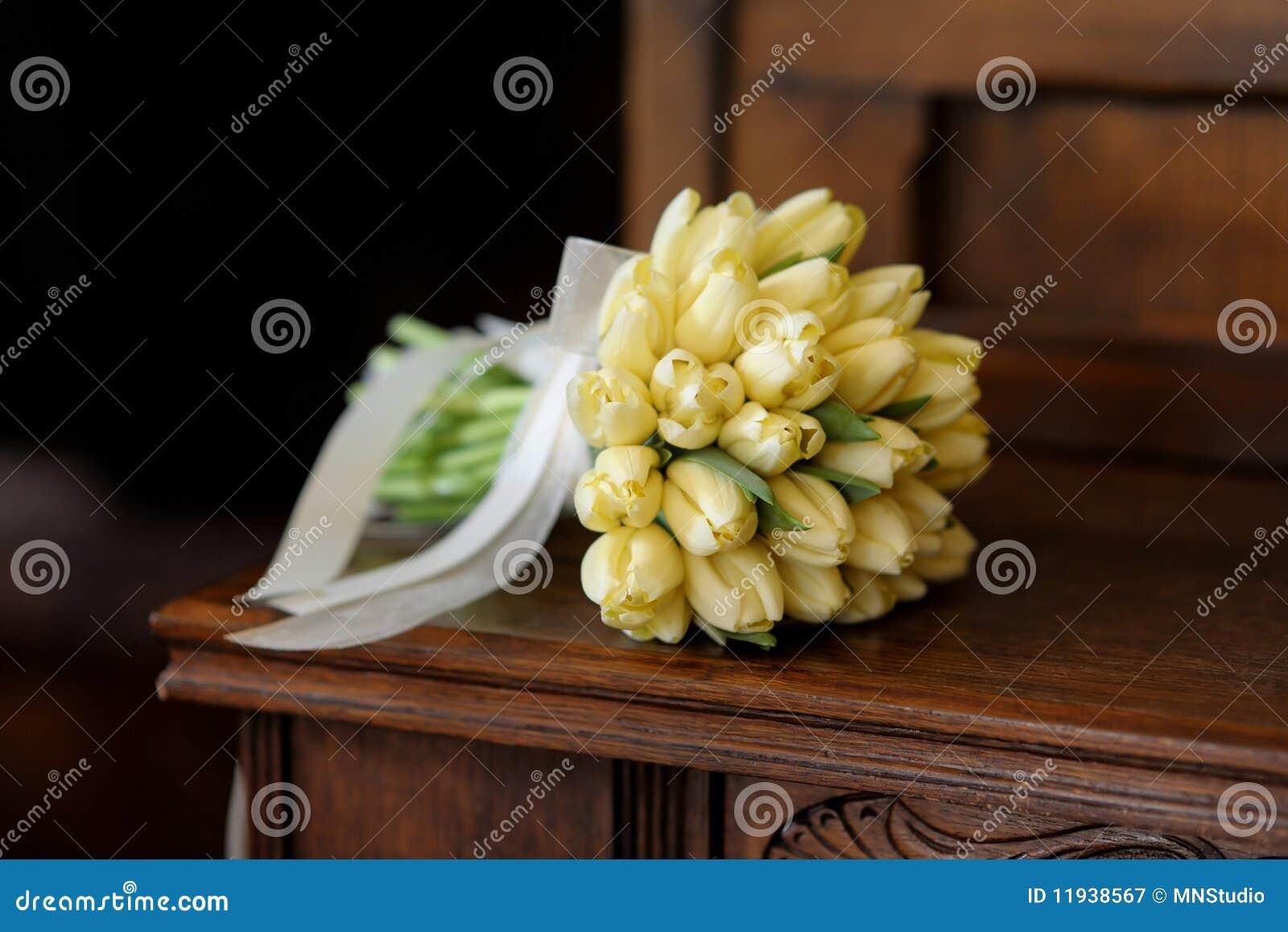 De bos van het huwelijk van gele tulpen