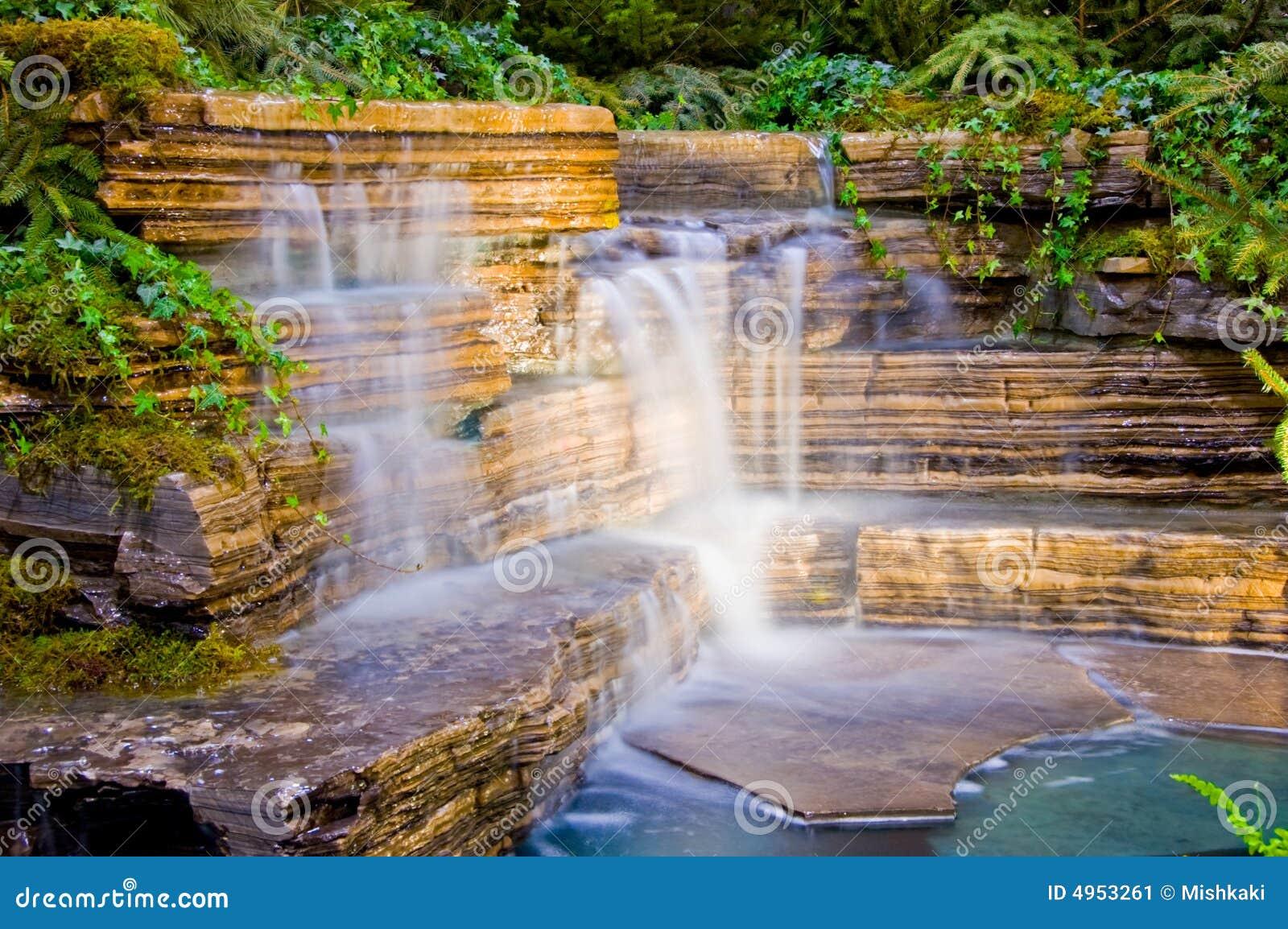 Waterval In Tuin : Tuin en waterval stock afbeelding. afbeelding bestaande uit droom