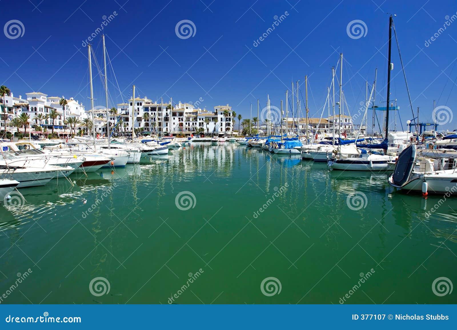 De boten en de jachten legden in haven Duquesa in Spanje op Costa DE vast
