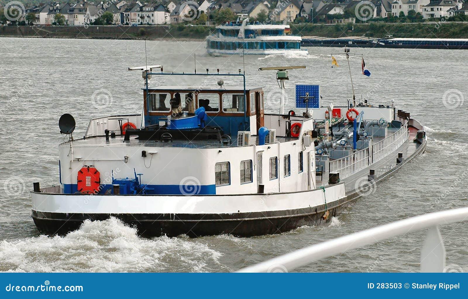 De boten van de aak en van de reis op de Rivier van Moezel in Duitsland