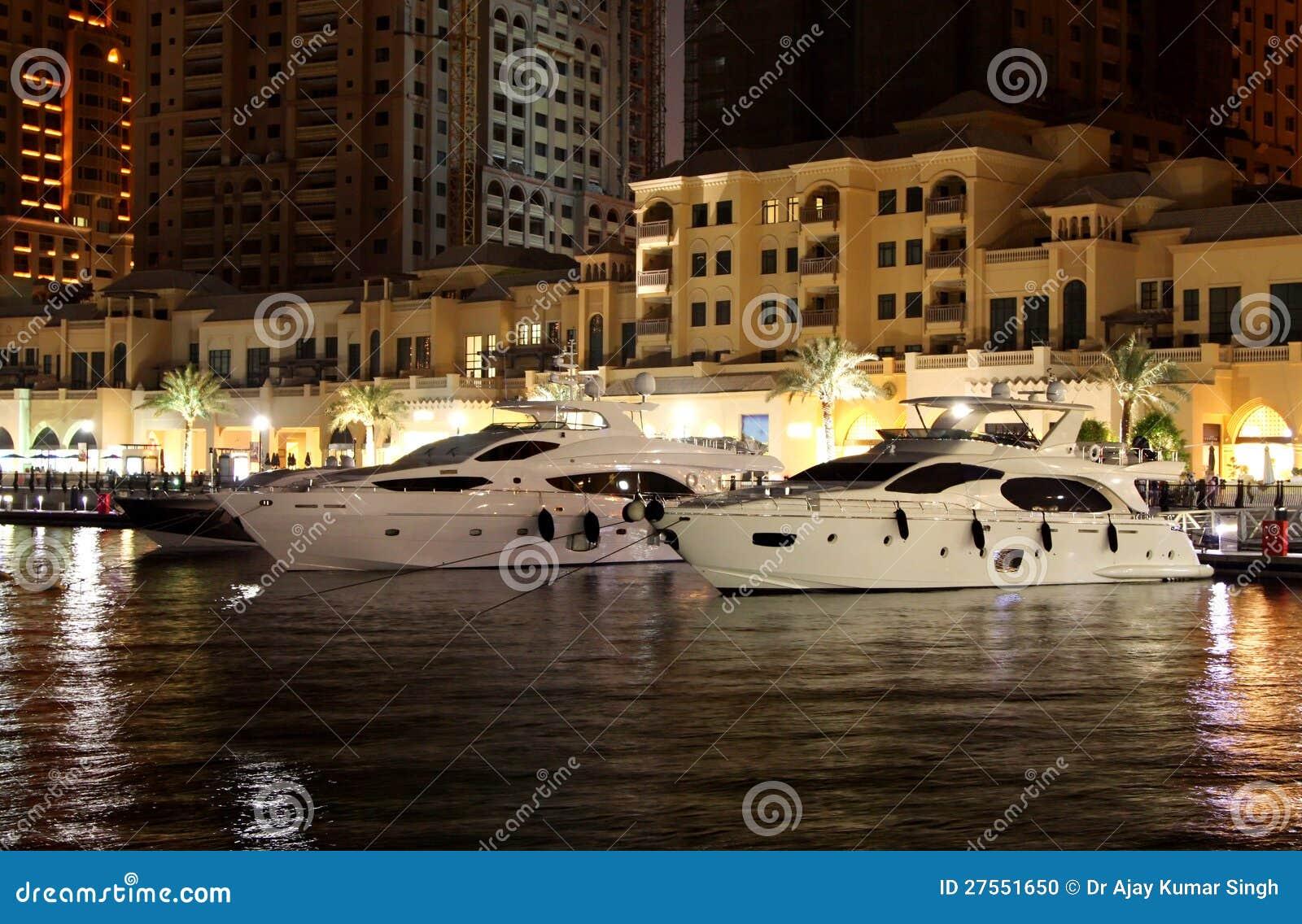 De boten van de luxe die in parel Qatar worden geherbergd