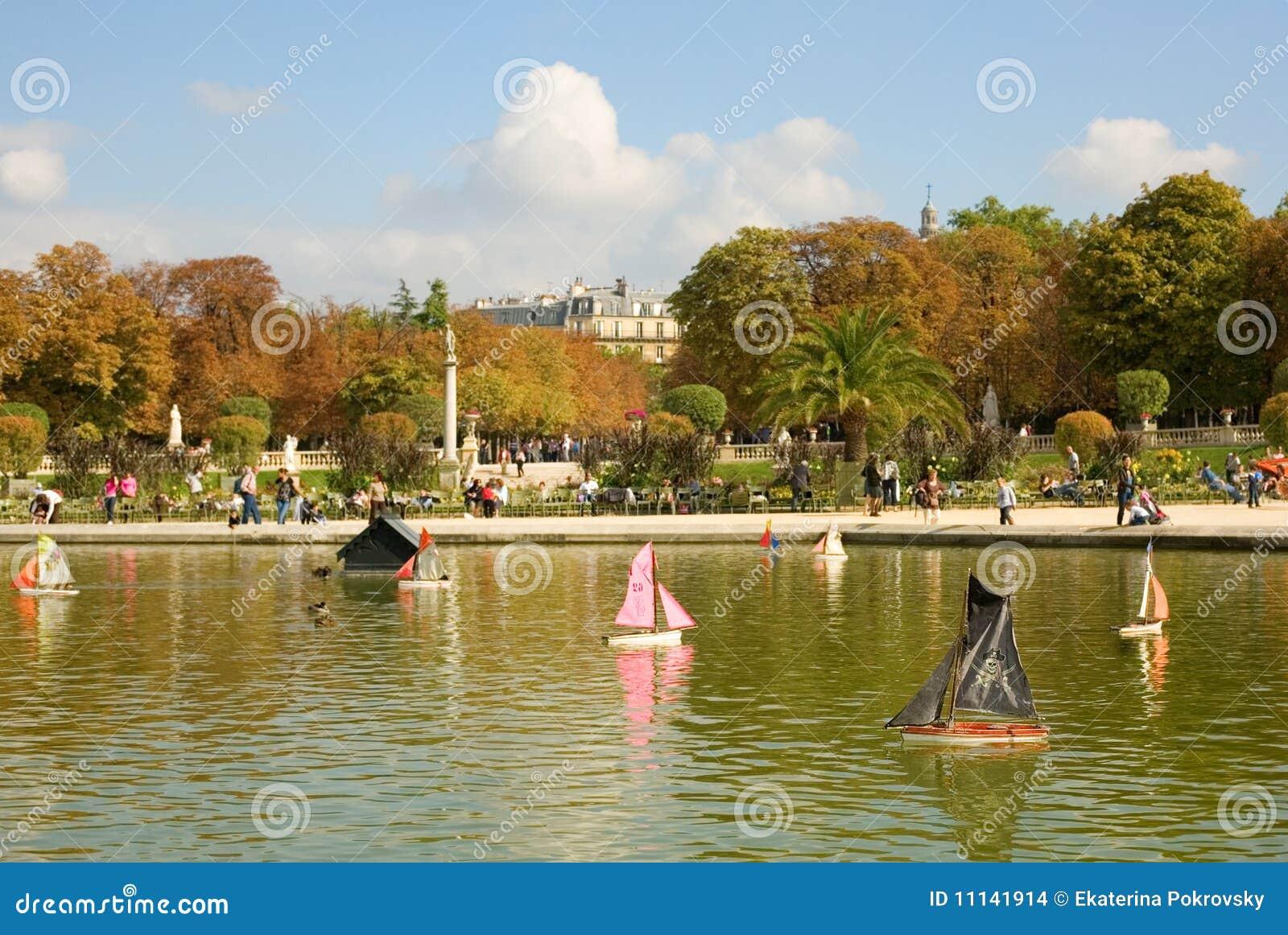 https://thumbs.dreamstime.com/z/de-boten-van-het-stuk-speelgoed-de-tuin-van-luxemburg-11141914.jpg