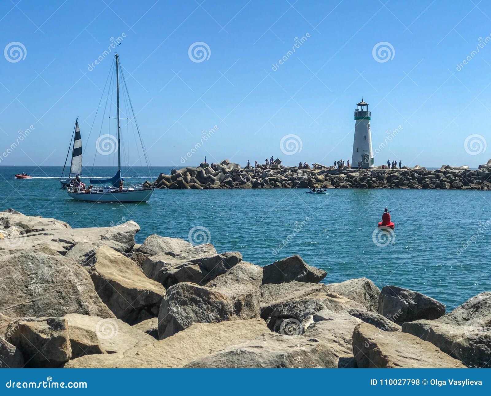 De boten van de vuurtoren en van het zeil