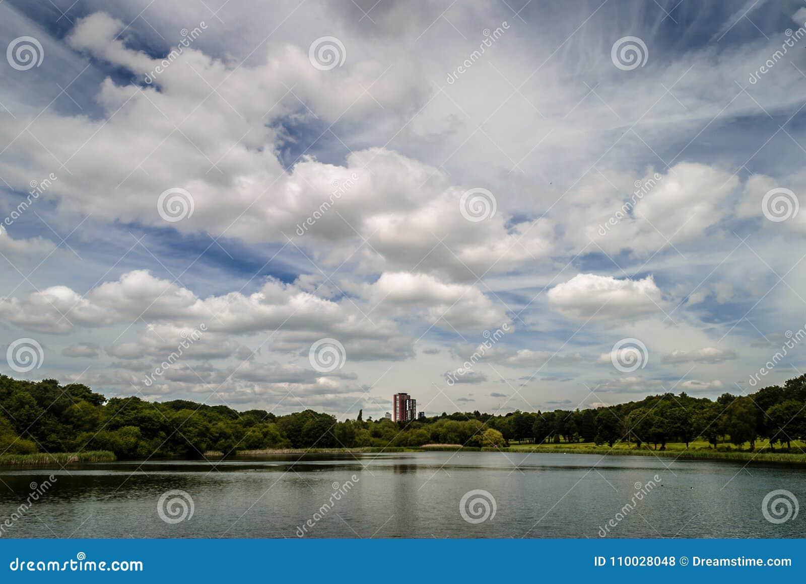 De bouw door een meer met een bewolkte hemel wordt gevestigd die