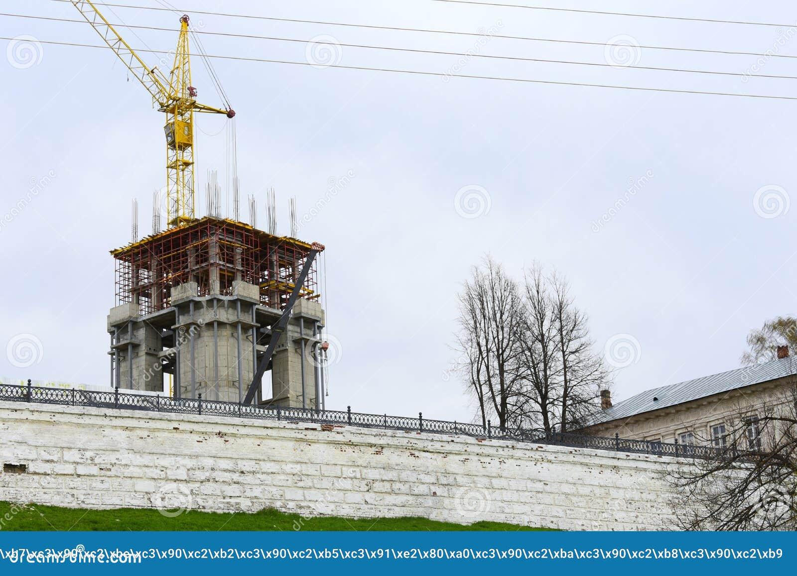 De bouw en de restauratie van het Kremlin van de Kostroma-provincie worden geleid