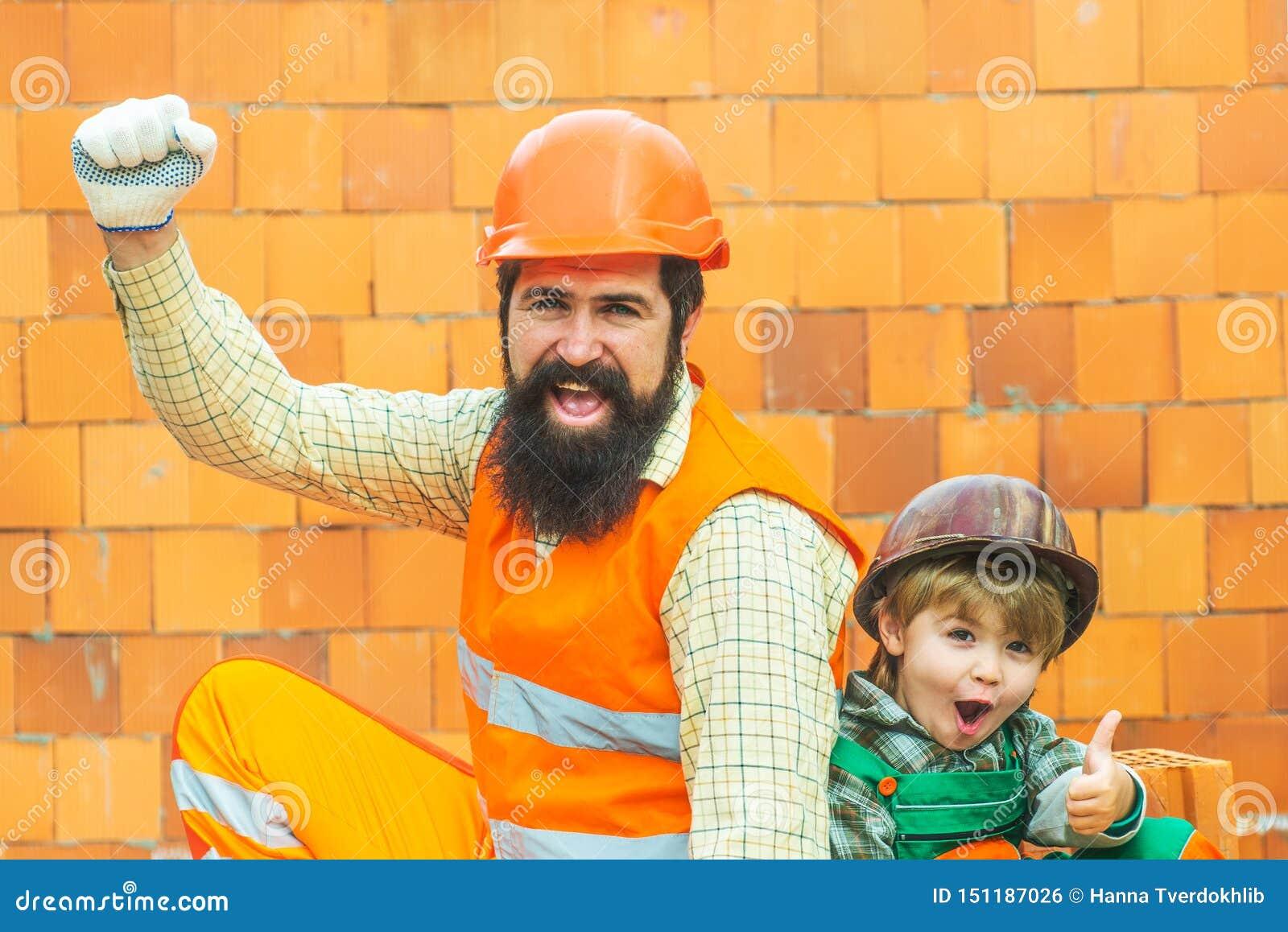 De bouw, groepswerk, vennootschap, gebaar en mensenconcept - sluit van bouwers indient omhoog handschoenen bij de bouw zitten