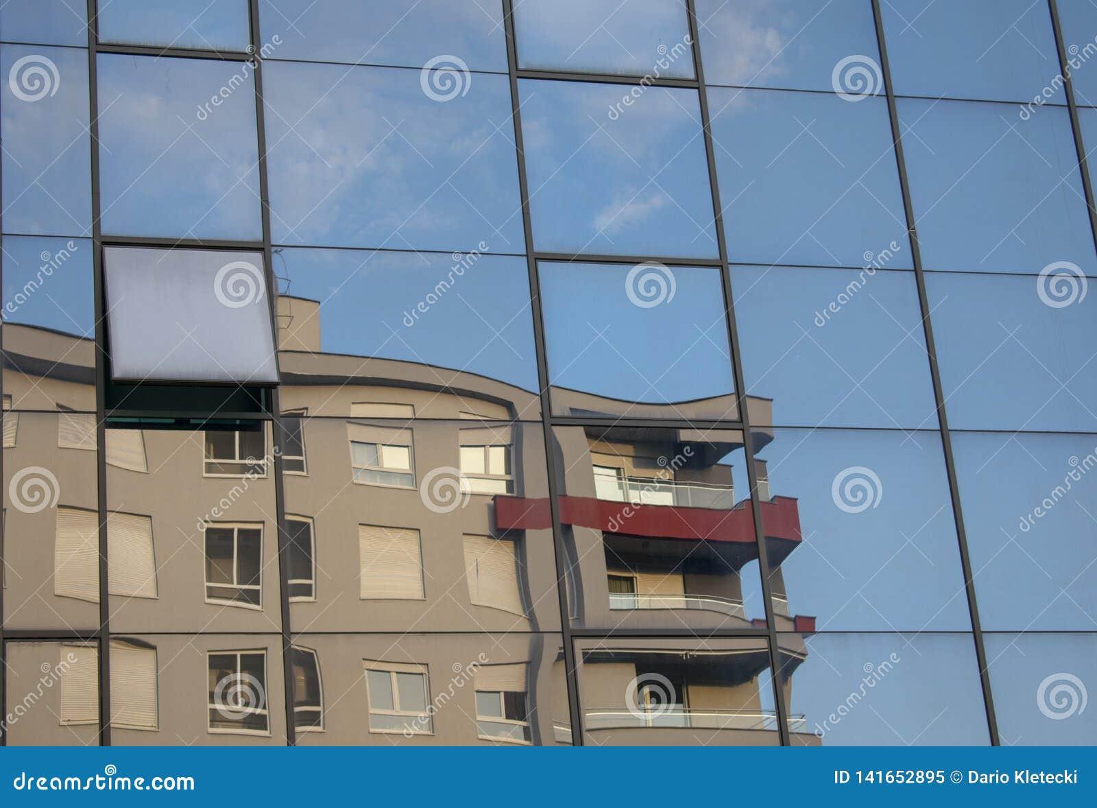 De bouw het weerspiegelen