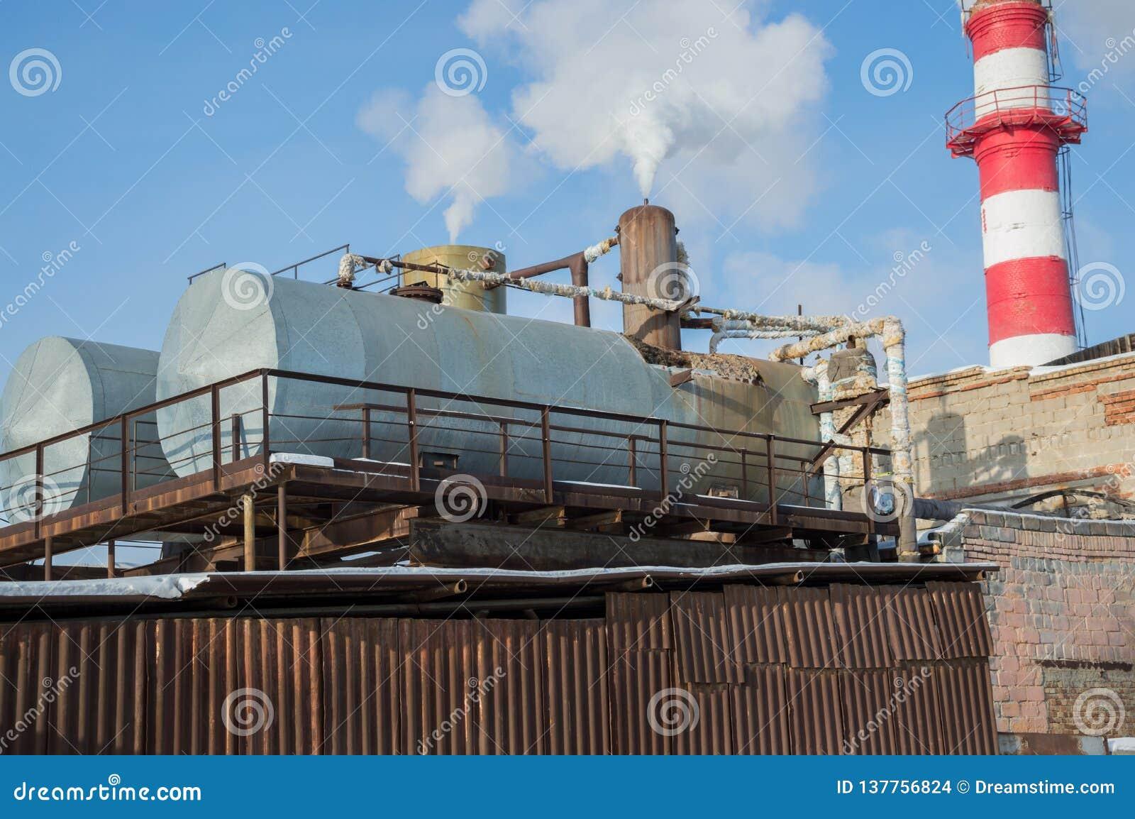 De bouw van het hittepunt met tanks bij een industriële onderneming