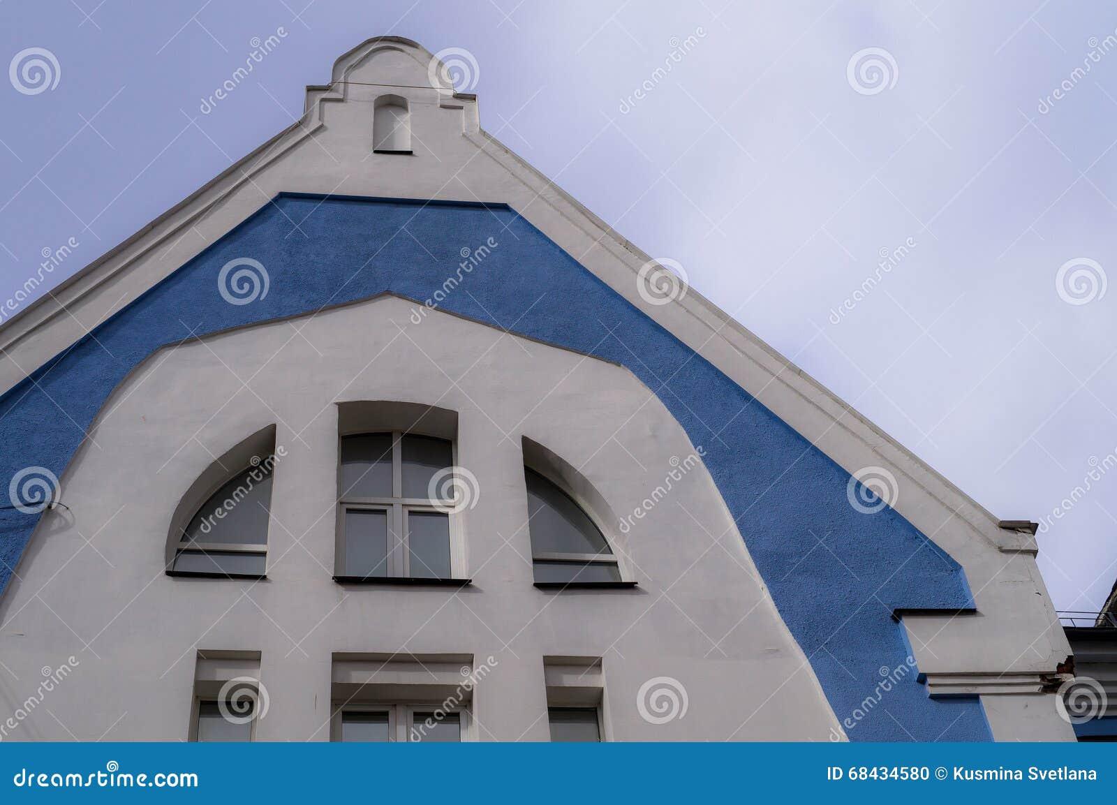 De bouw van het Huis van muziek in Kaluga in Rusland