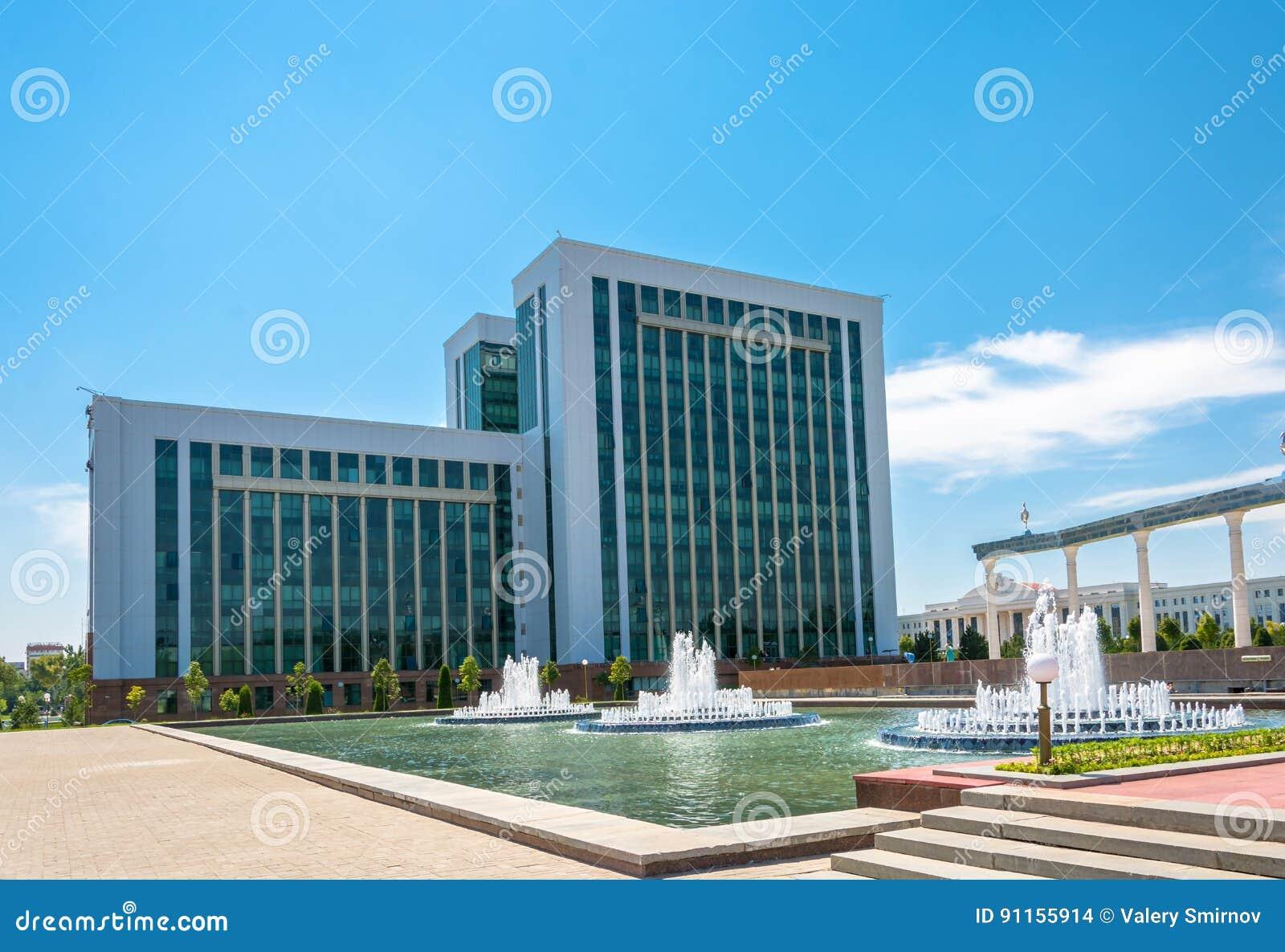 De bouw van het Ministerie van Financiën in Tashkent, Oezbekistan