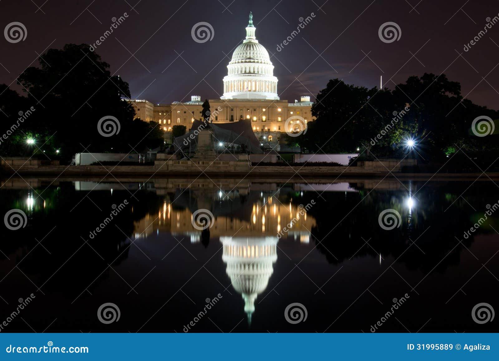 De Bouw van het Washington DCcapitool bij Nacht, met Bezinningspool
