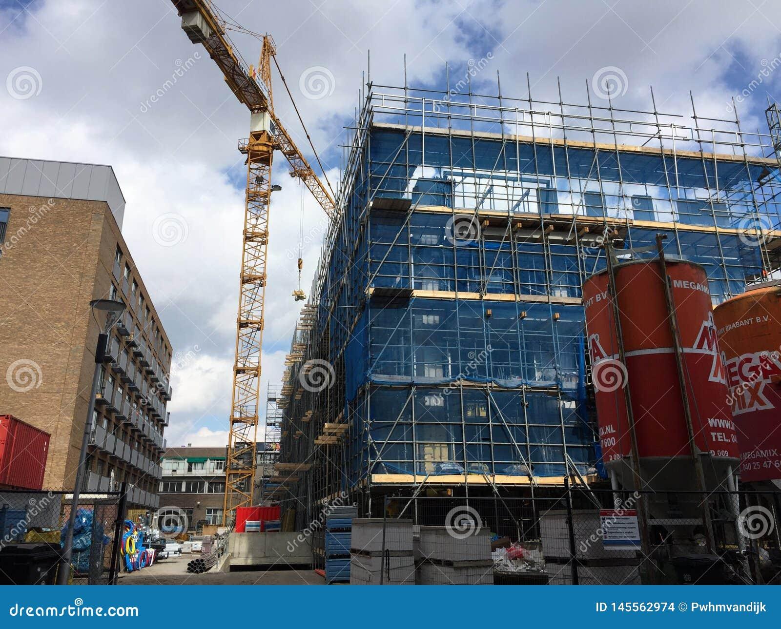 De bouwbouw die met kraan wordt gebouwd
