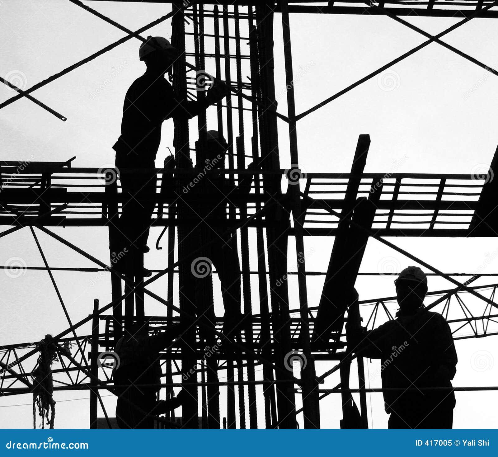 De bouwvakkers silhouetteren