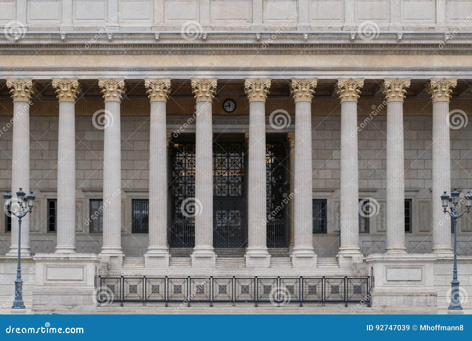 De bouwvoorzijde van een publiekrechtelijk hof in Lyon, Frankrijk, met een neoklassieke colonnade Corinthische kolommen