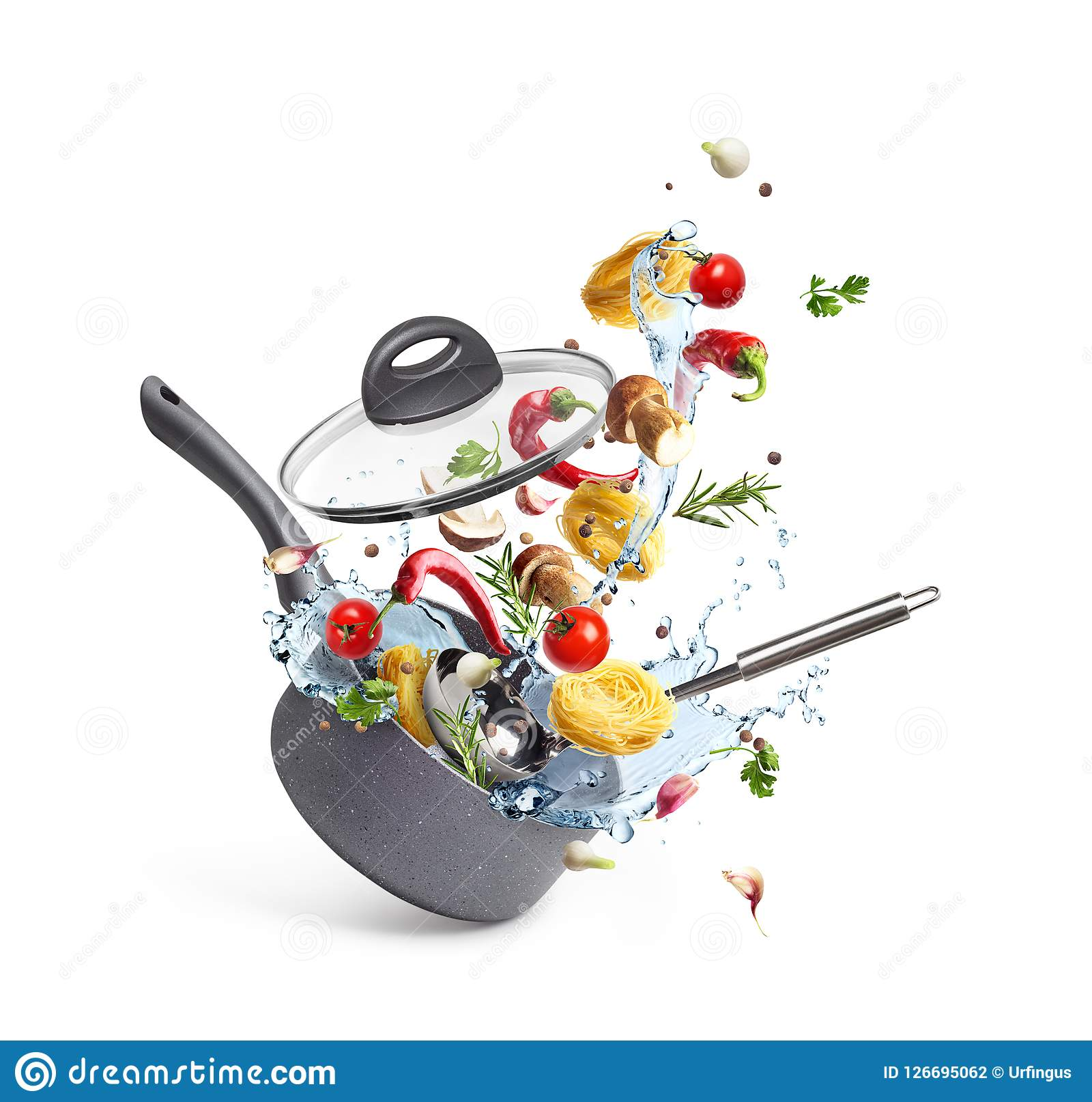 De braadpan met deegwaren en paddestoelen met groenten en het water bespatten, levitatie,