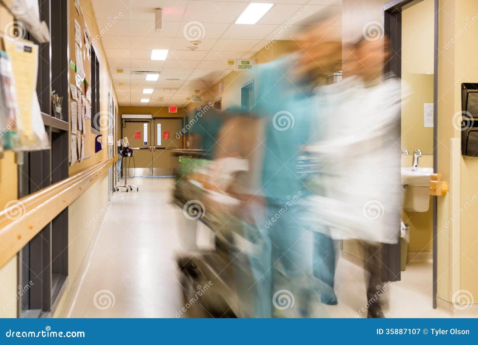 De Brancard van artsenand nurse pulling in het Ziekenhuis